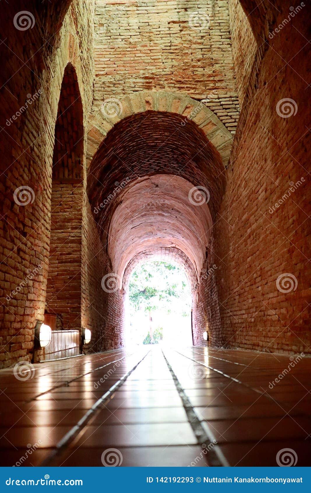 Le vieux tunnel avec une lumière à la fin chez Wat Umong Changmai Thailand
