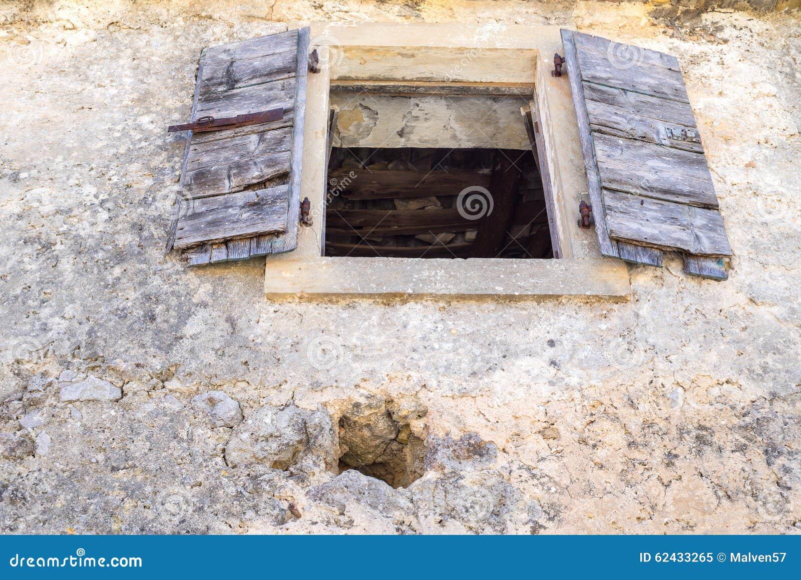 Le vieux volet en bois ouvert photos stock Inscription Gratuite # Vieux Volet En Bois