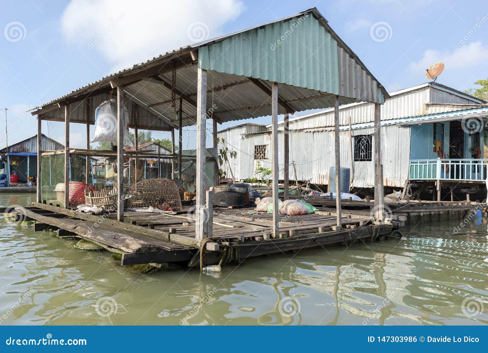 Le village de flottement dans le Doc. de Chau, Vietnam