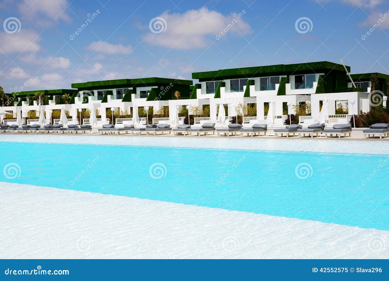 Le ville moderne si avvicinano alla piscina all 39 albergo di for Ville moderne di lusso
