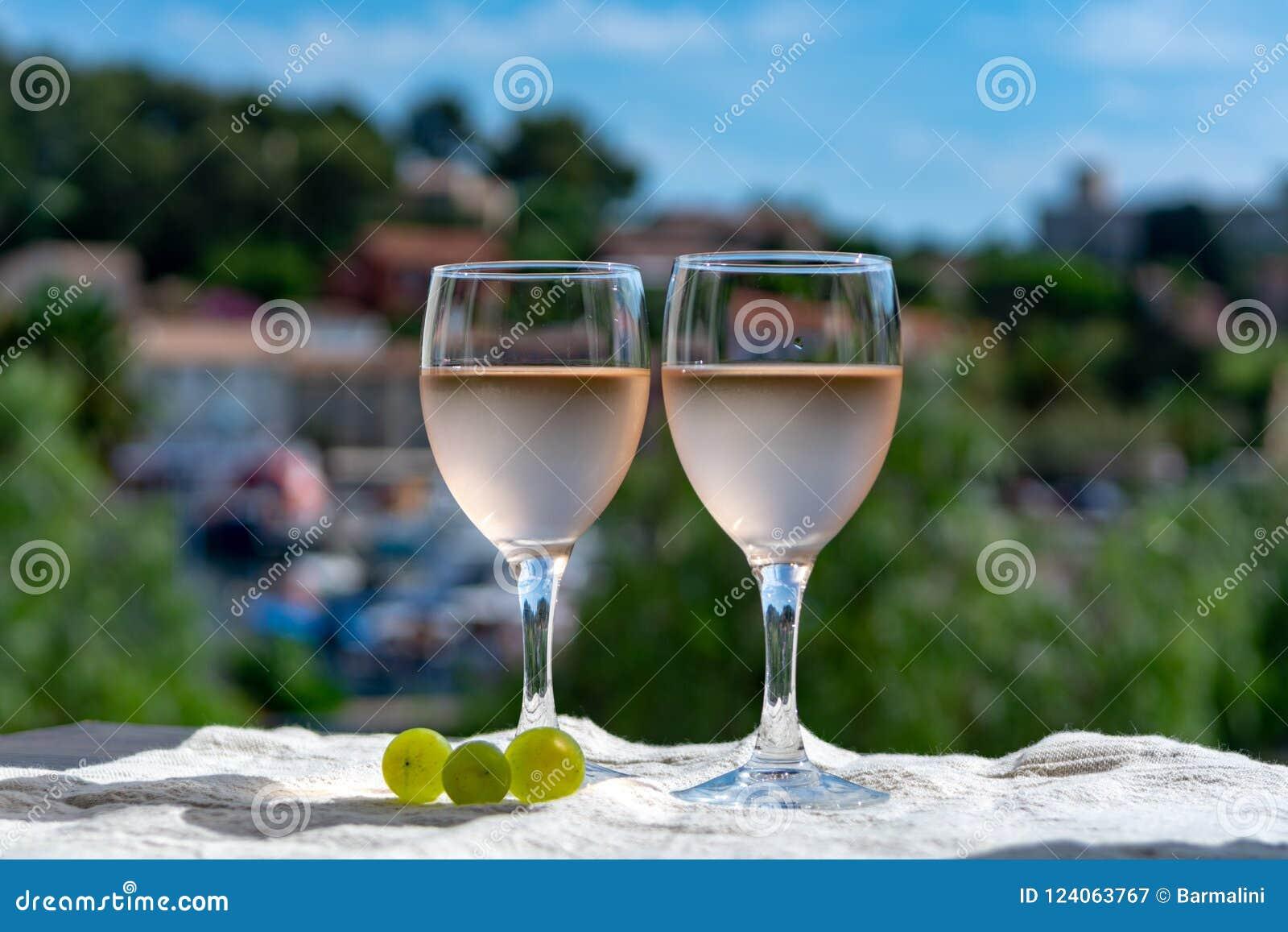 Le vin de Rose de la Provence, France, a servi le froid sur la terrasse extérieure dedans