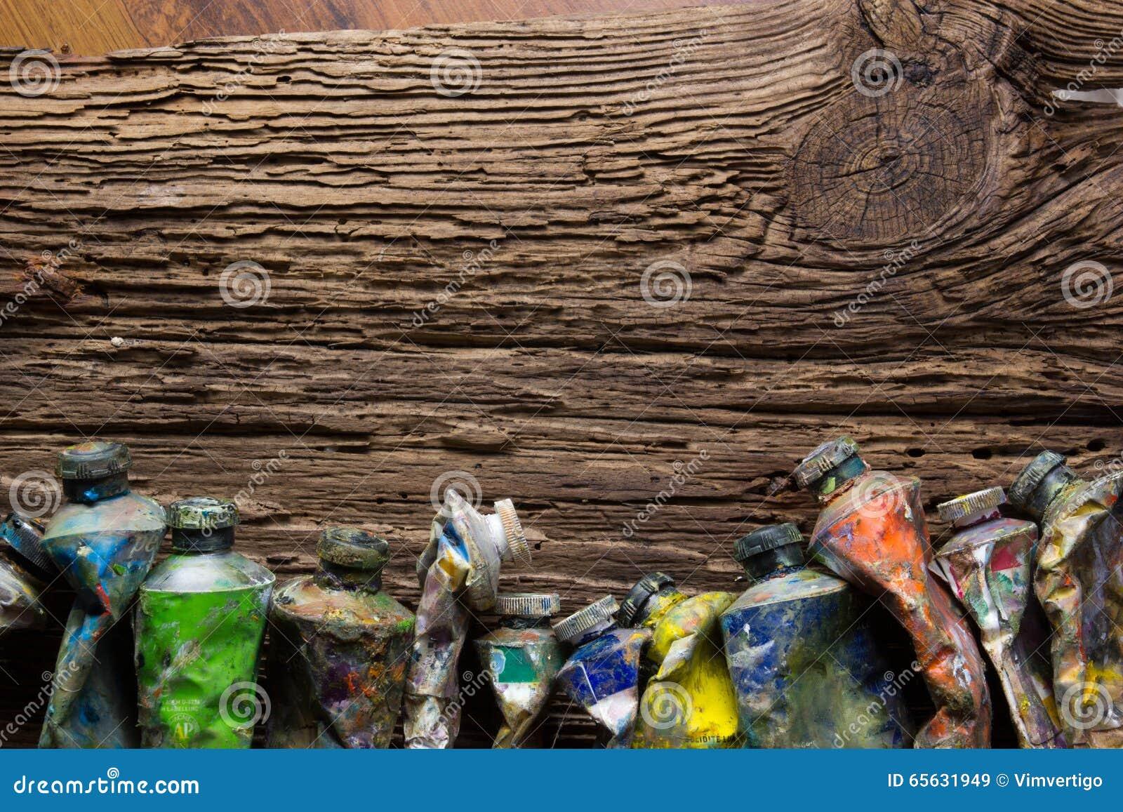 Le vintage a stylisé la photo du plan rapproché multicolore de tubes de peinture d huile et