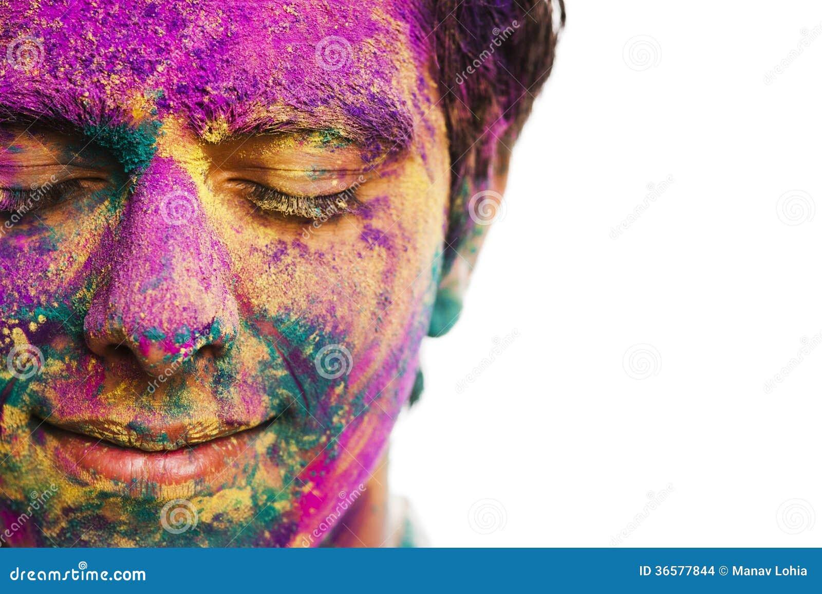 Le visage de l 39 homme couvert de peinture de poudre pendant - Peinture chambre jeune homme ...