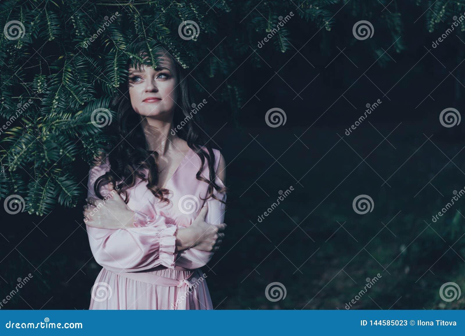 Le visage de la femme d Overed avec une usine