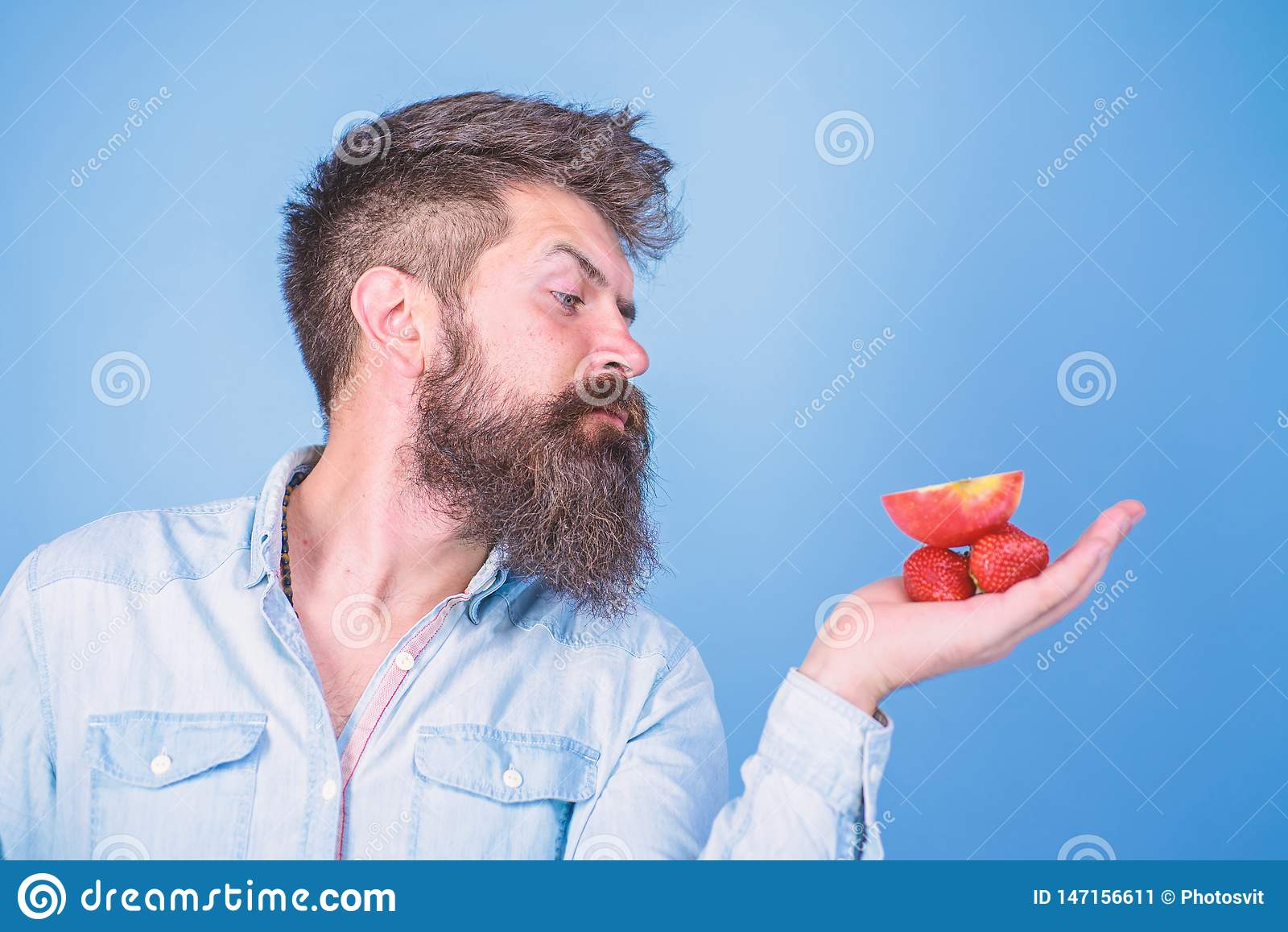 Le visage strict d homme avec la barbe offre les festins organiques Je prends des festins pour vous L homme offre d essayer les f