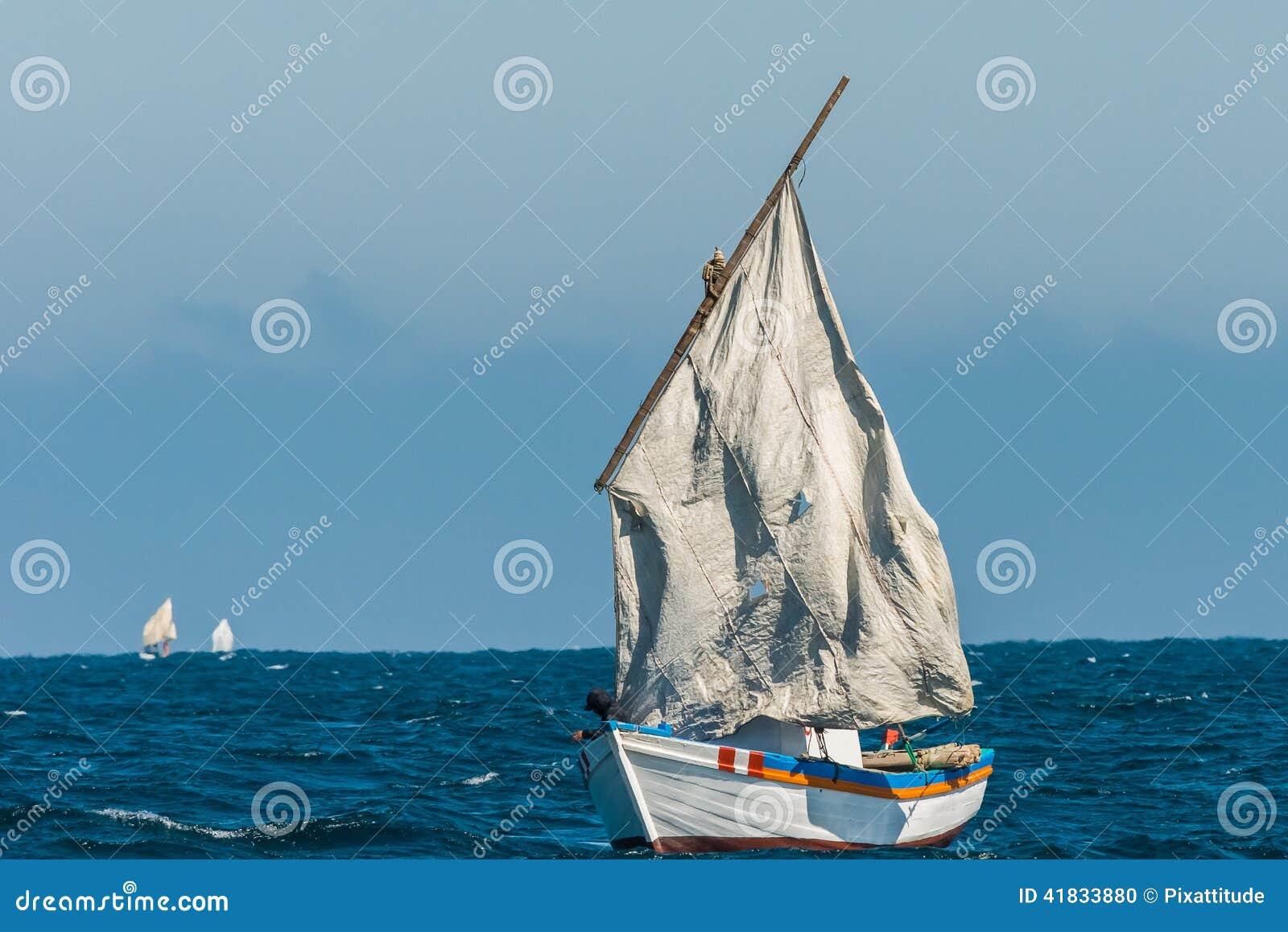 Le voilier déchiré navigue la côte péruvienne Piura Pérou