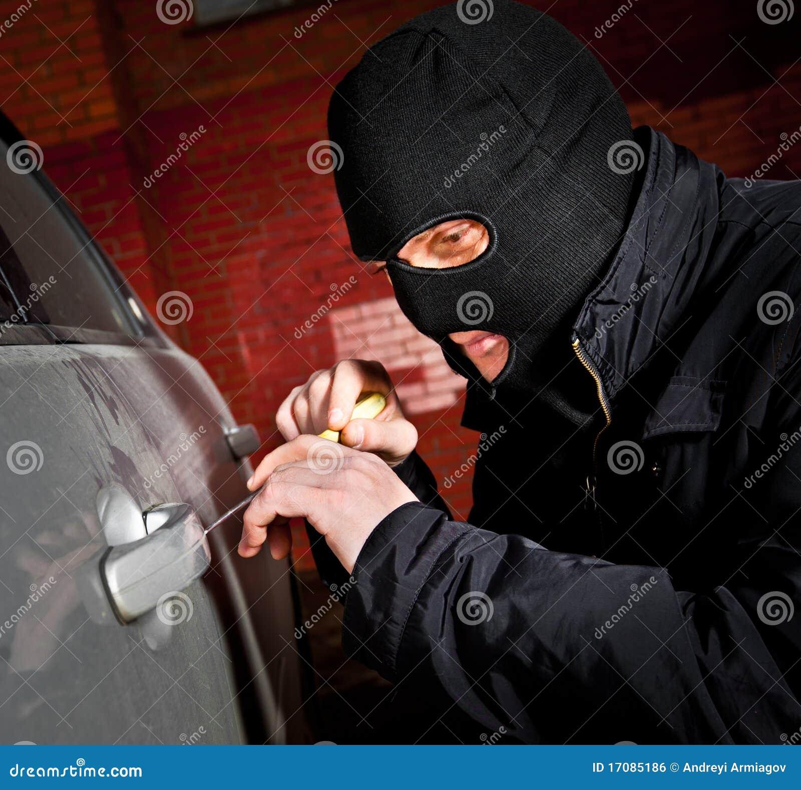 Le voleur et le voleur dans un masque détourne le véhicule
