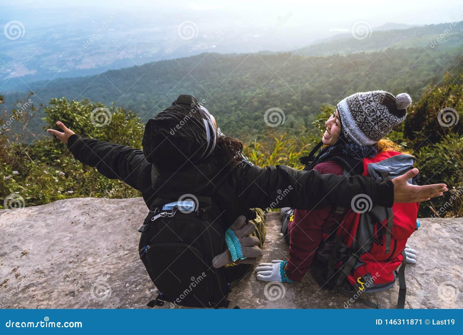 Le voyage d Asiatiques de femmes et d hommes d amant d?tendent pendant les vacances Admirez le paysage de l atmosph?re sur le Mou
