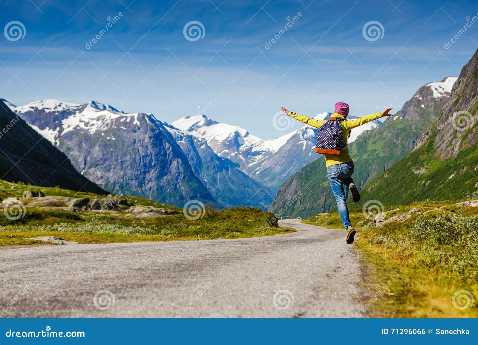Le voyageur féminin de jeune hippie apprécient le voyage L aventure vient