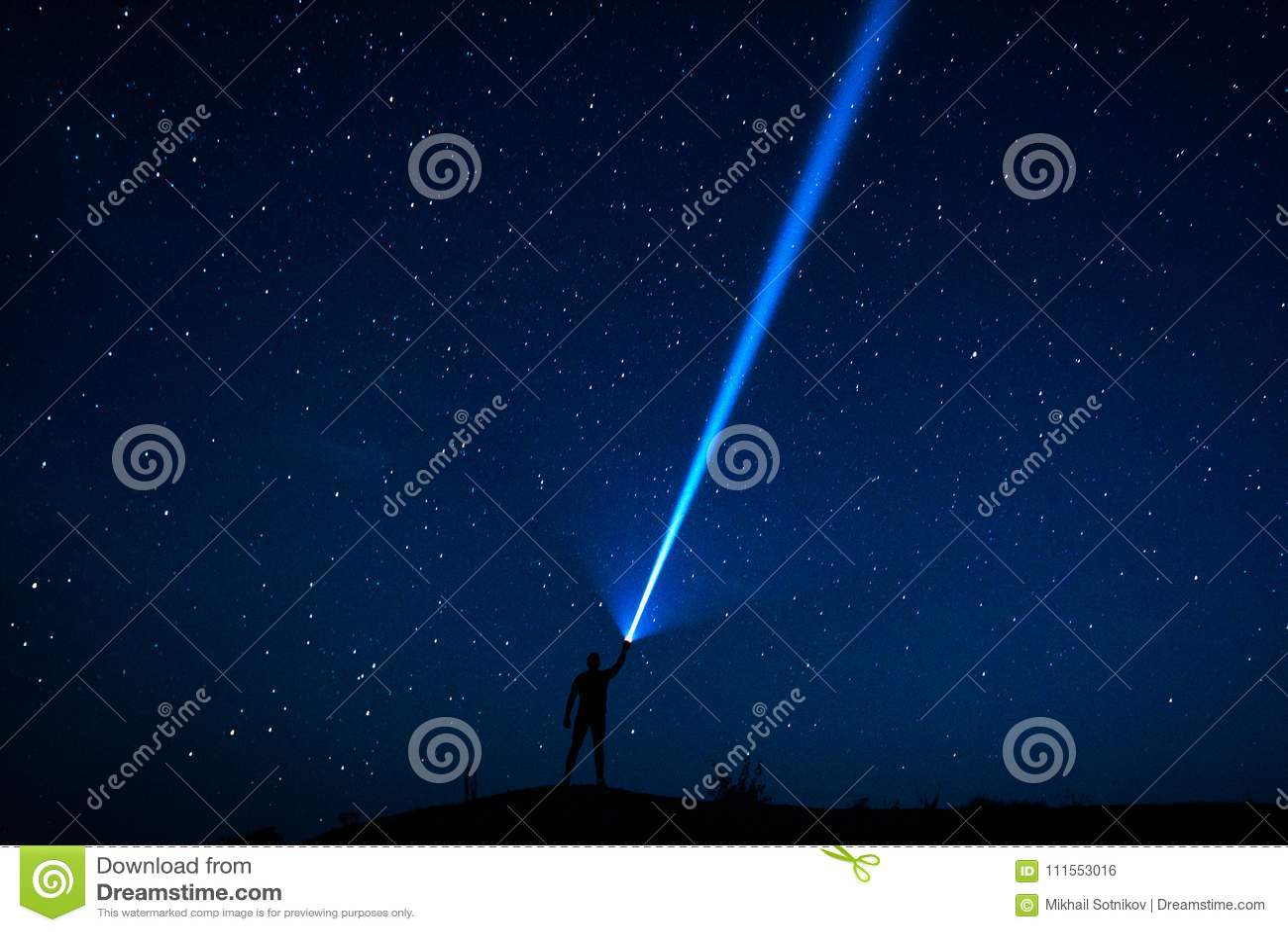 Le voyageur regarde le ciel étoilé