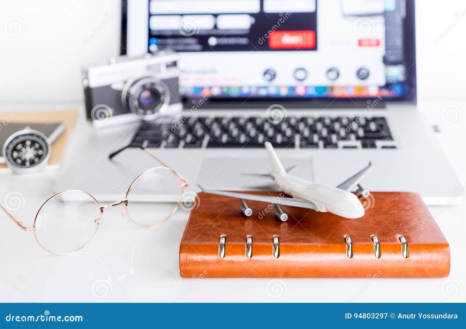 Le voyageur utilise l ordinateur pour réserver son vol