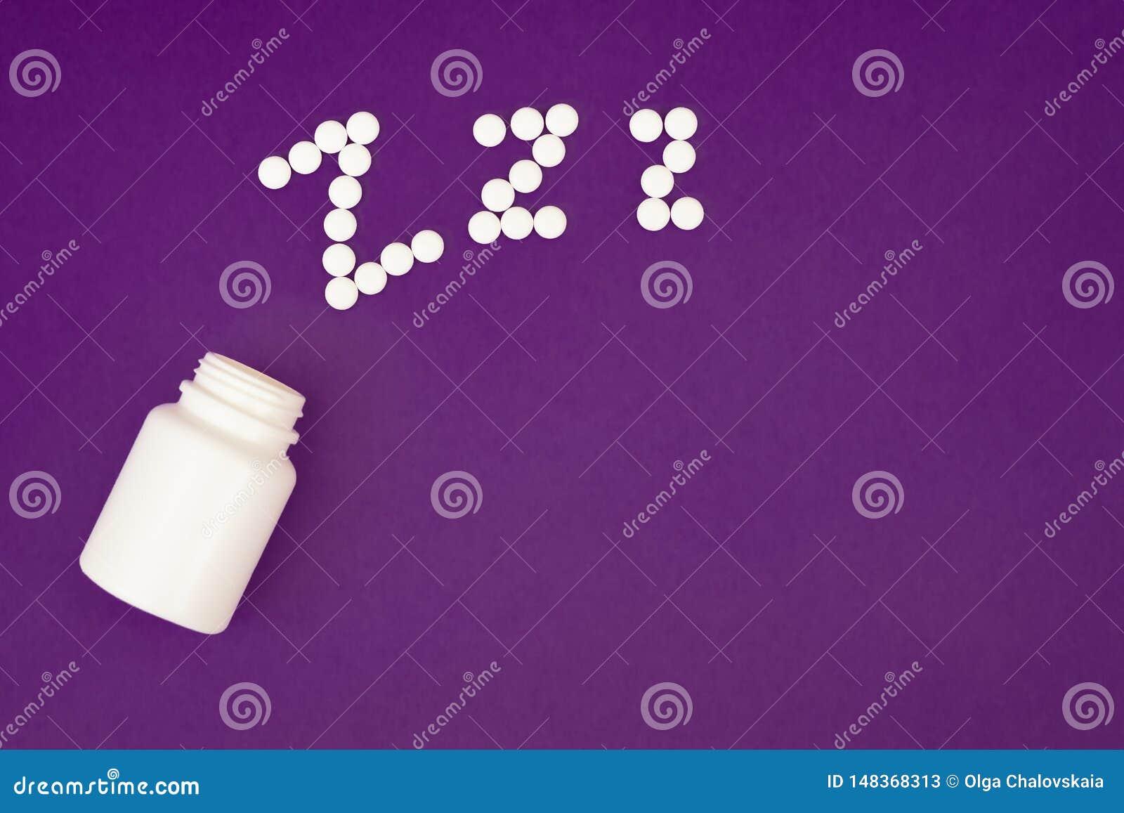 Le zzz d inscription a fait ? partir des pilules blanches d?bordant la bouteille de pilule sur le fond violet