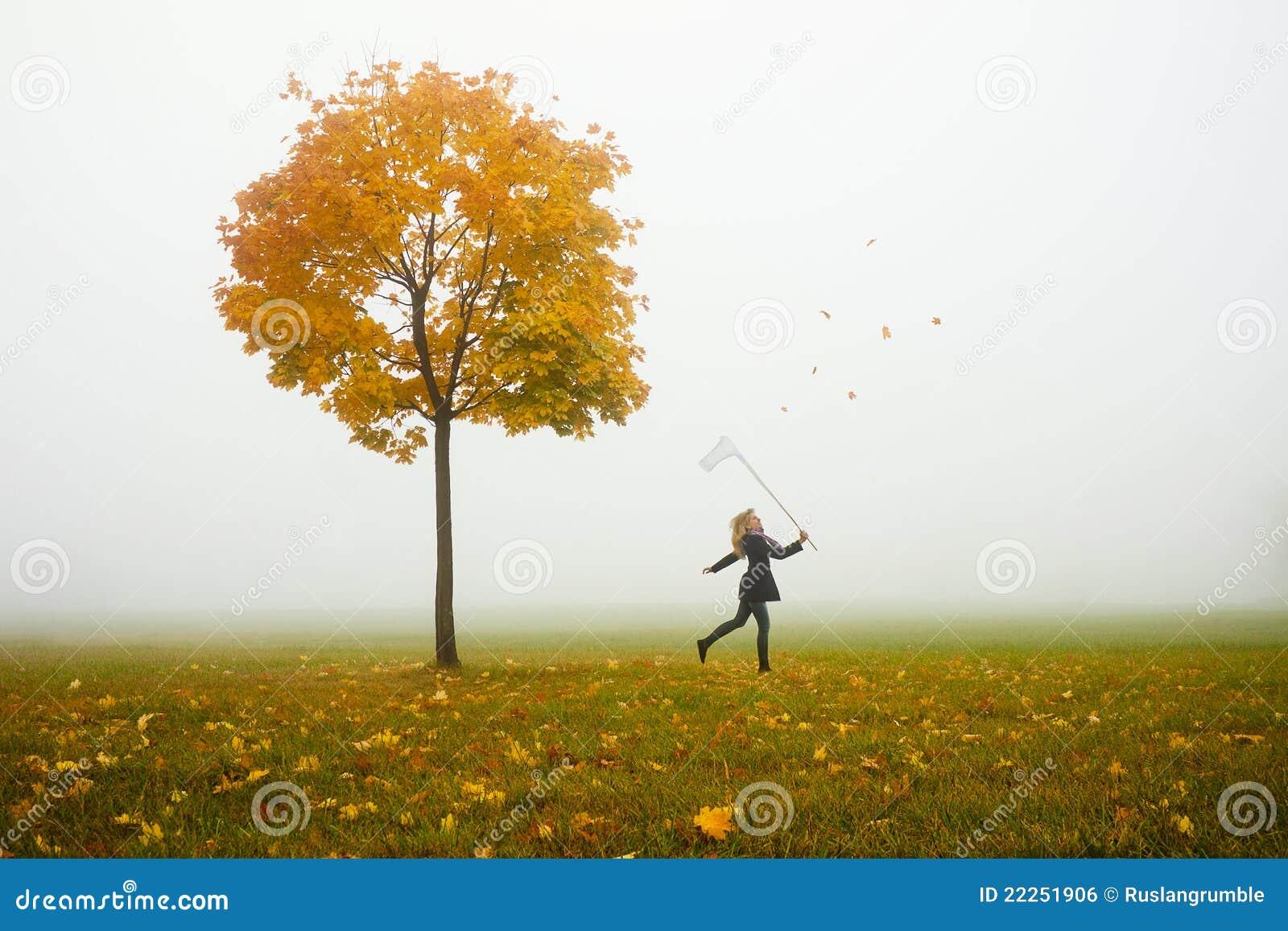 Leafes de travamento do outono da rapariga feliz