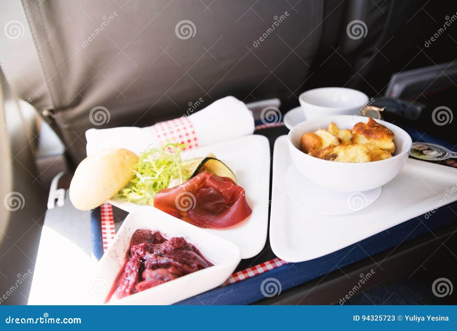 Lebensmittel Auf Dem Tisch Gedient An Bord Von Business Class