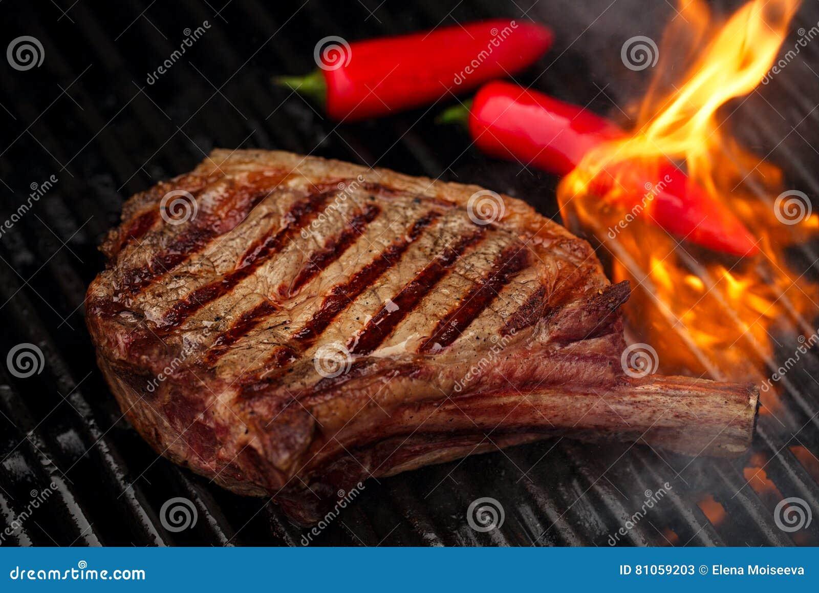 lebensmittelfleisch rindfleischsteak auf bbq grillgrill mit flamme stockbild bild von grill. Black Bedroom Furniture Sets. Home Design Ideas