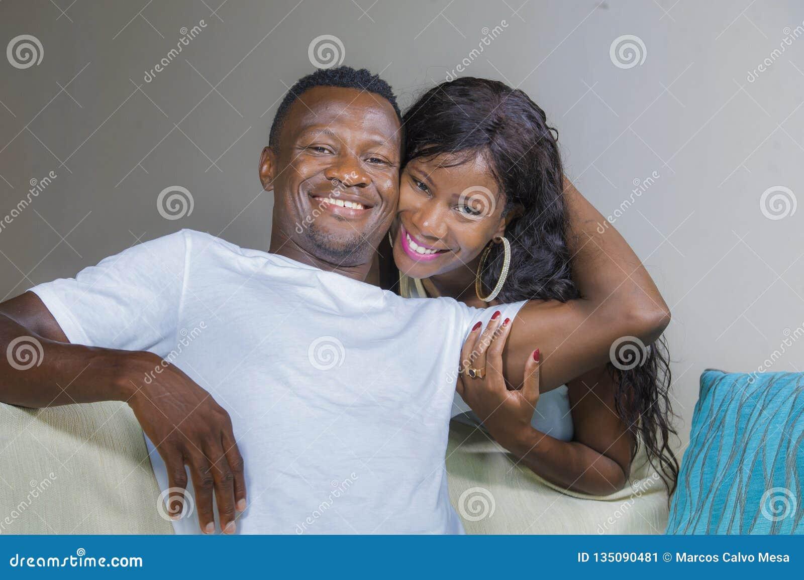 Lebensstilausgangsporträt von jungen glücklichen und erfolgreichen romantischen Afroamerikanerpaaren in der Liebe entspannte sich