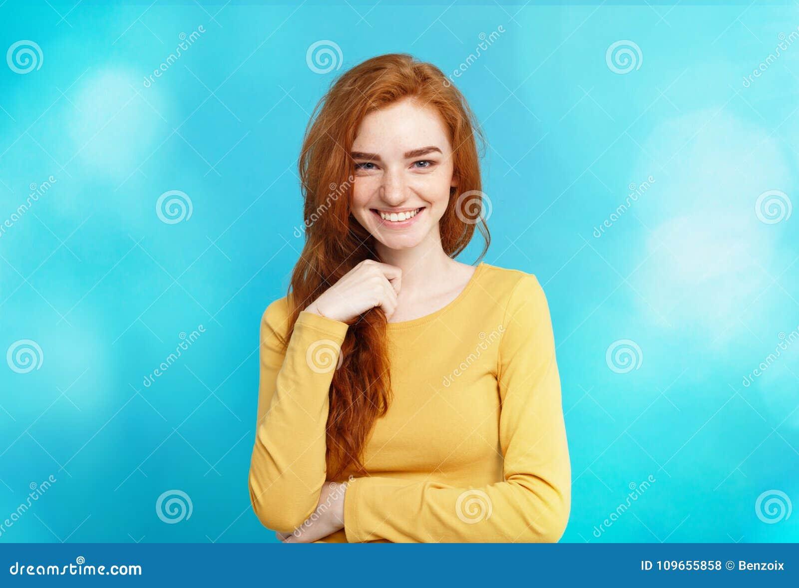 Lebensstilkonzept - rotes Haarmädchen des nahen hohen Ingwers des Porträts jungen schönen attraktiven, das mit ihrem Haar mit Sch