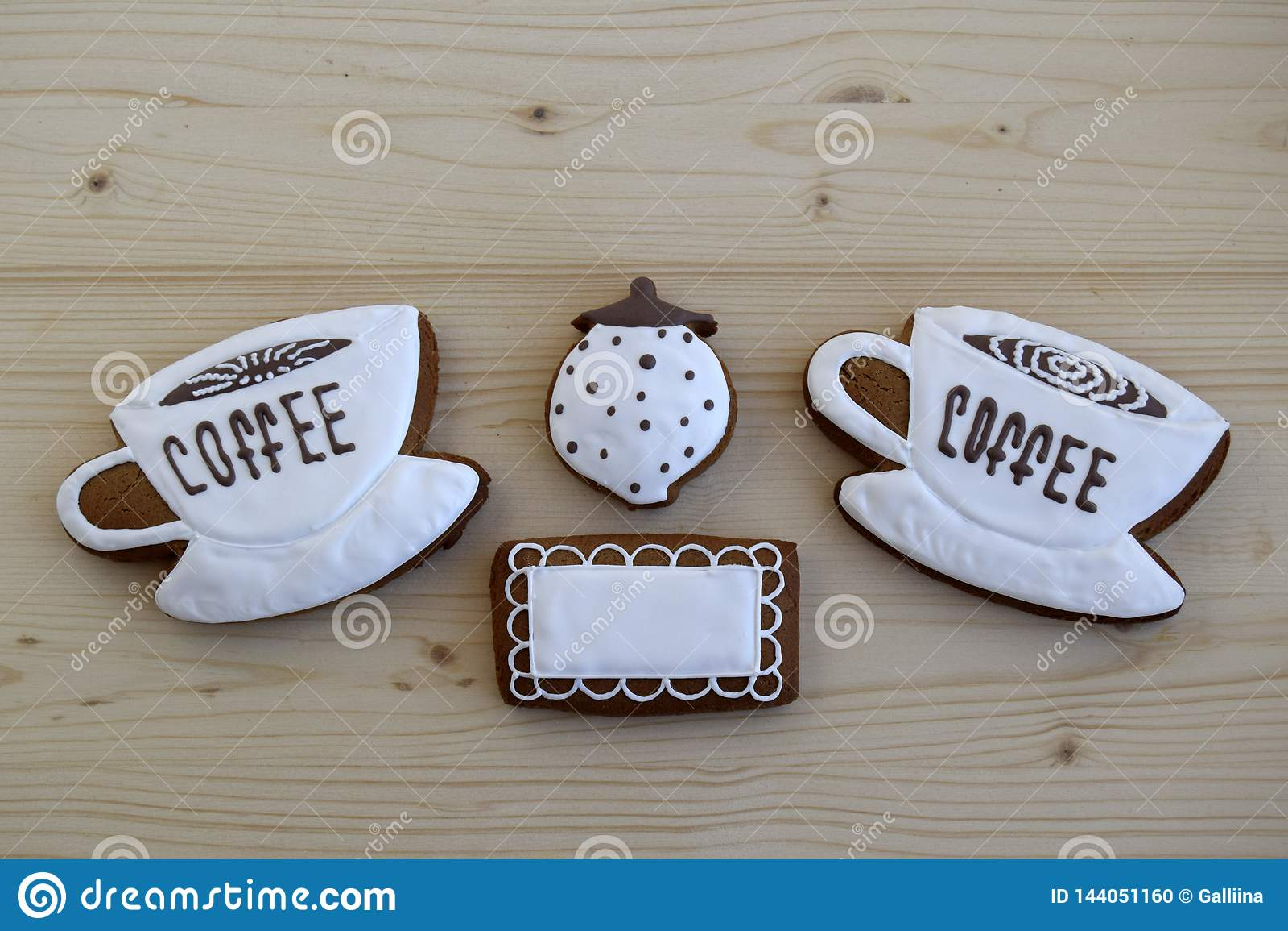 Lebkuchen in Form von Schalen mit Kaffee, eine Serviette, eine Zuckerschüssel