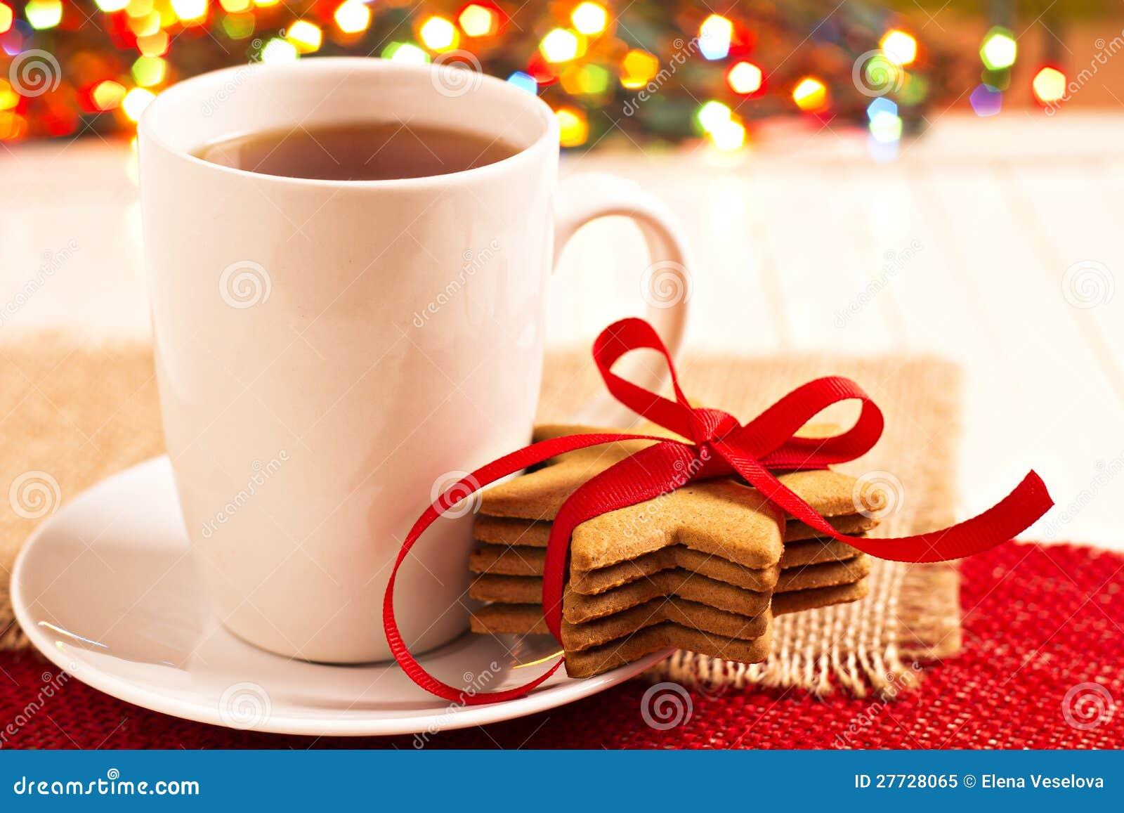 Lebkuchenplätzchen und eine Tasse Tee
