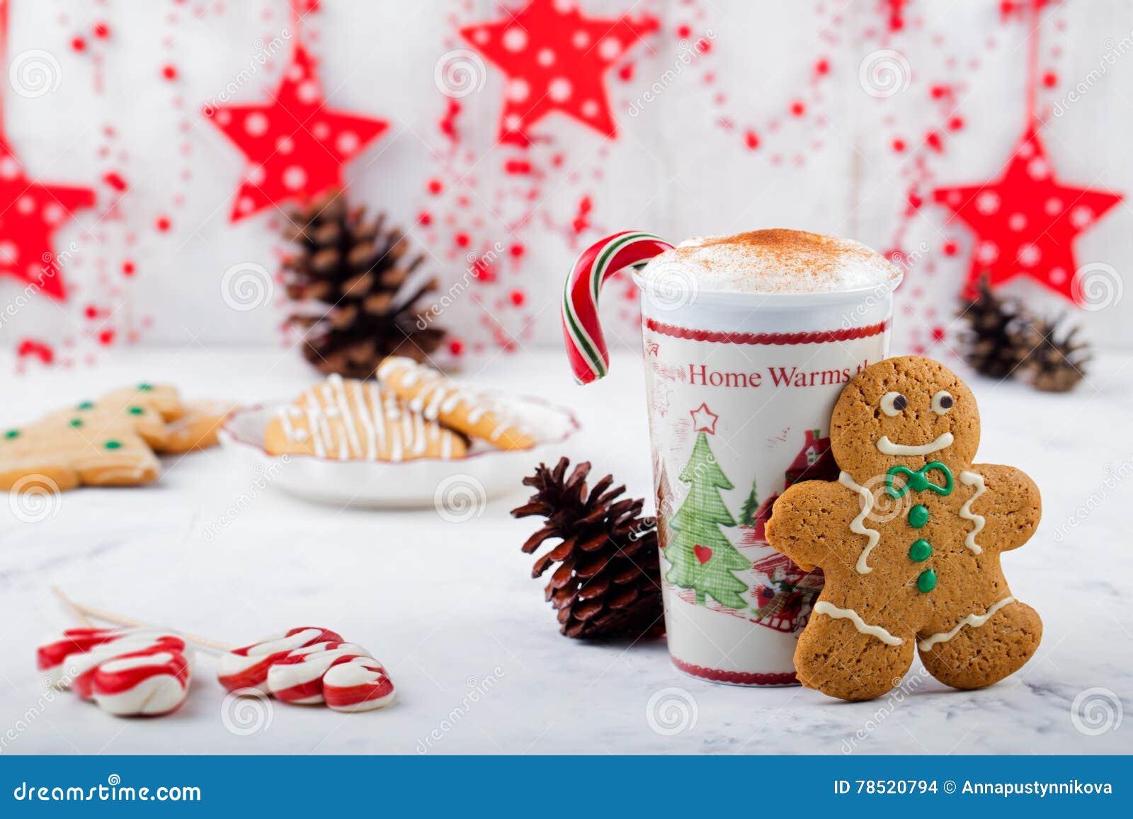 Weihnachtsmotive Zum Kopieren.Lebkuchenplätzchenmann Und Heiße Schale Cappuccino Traditioneller