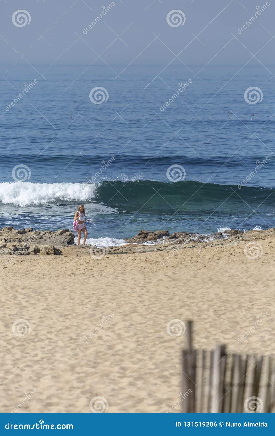 Leca da Palmeira/Порту/Португалия - 10 04 2018: Порту/Португалия - 10 04 2018: Взгляд на девушке, самостоятельно, стойке и смотре