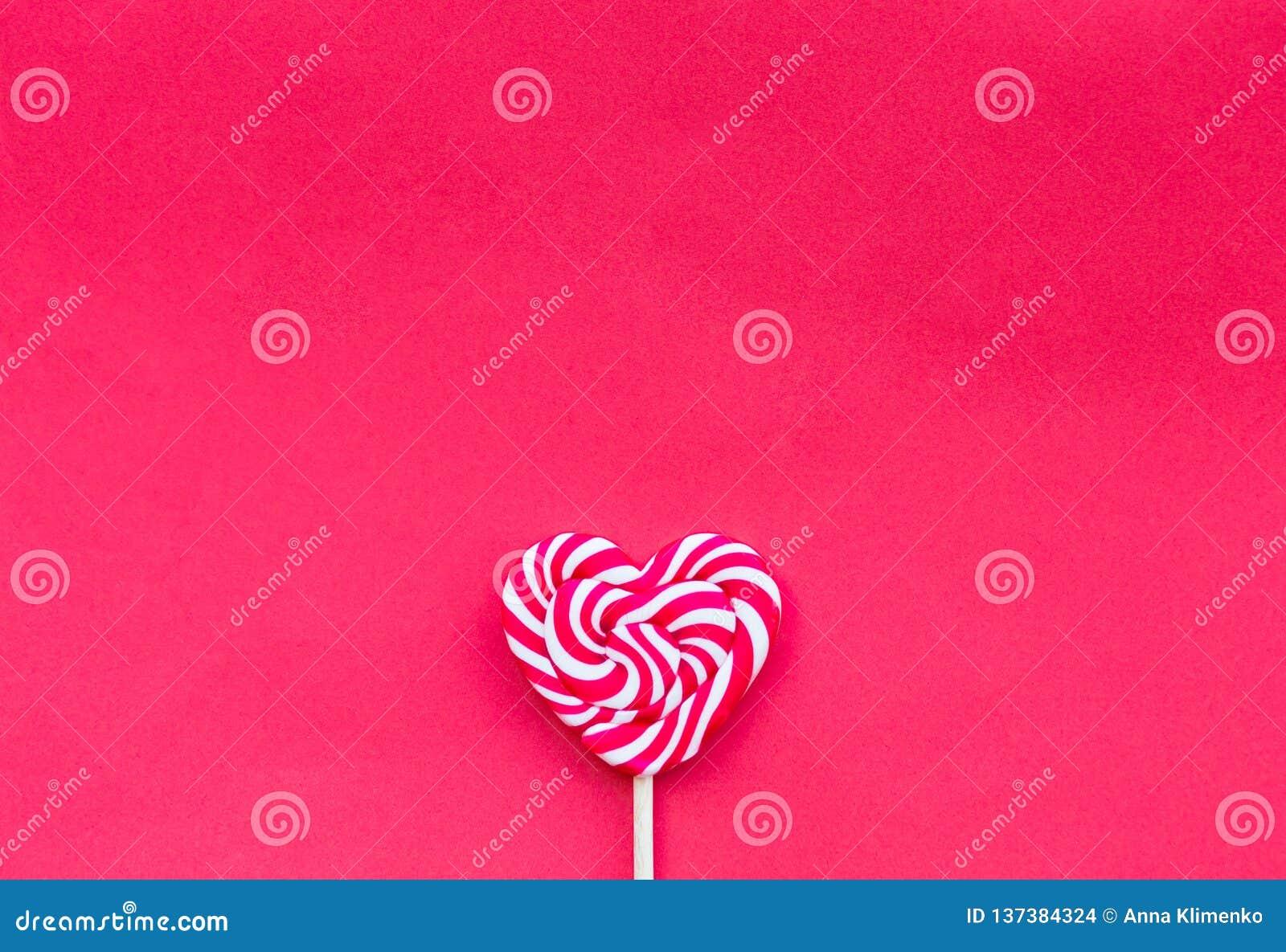 Lecca-lecca rossa di forma del focolare di giorno di S. Valentino sui precedenti rossi