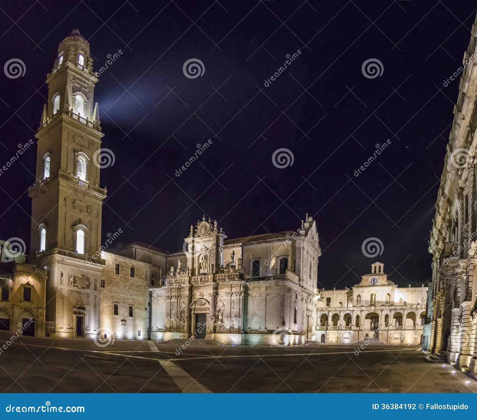 Lecce Basilic de cathédrale par panorama de nuit
