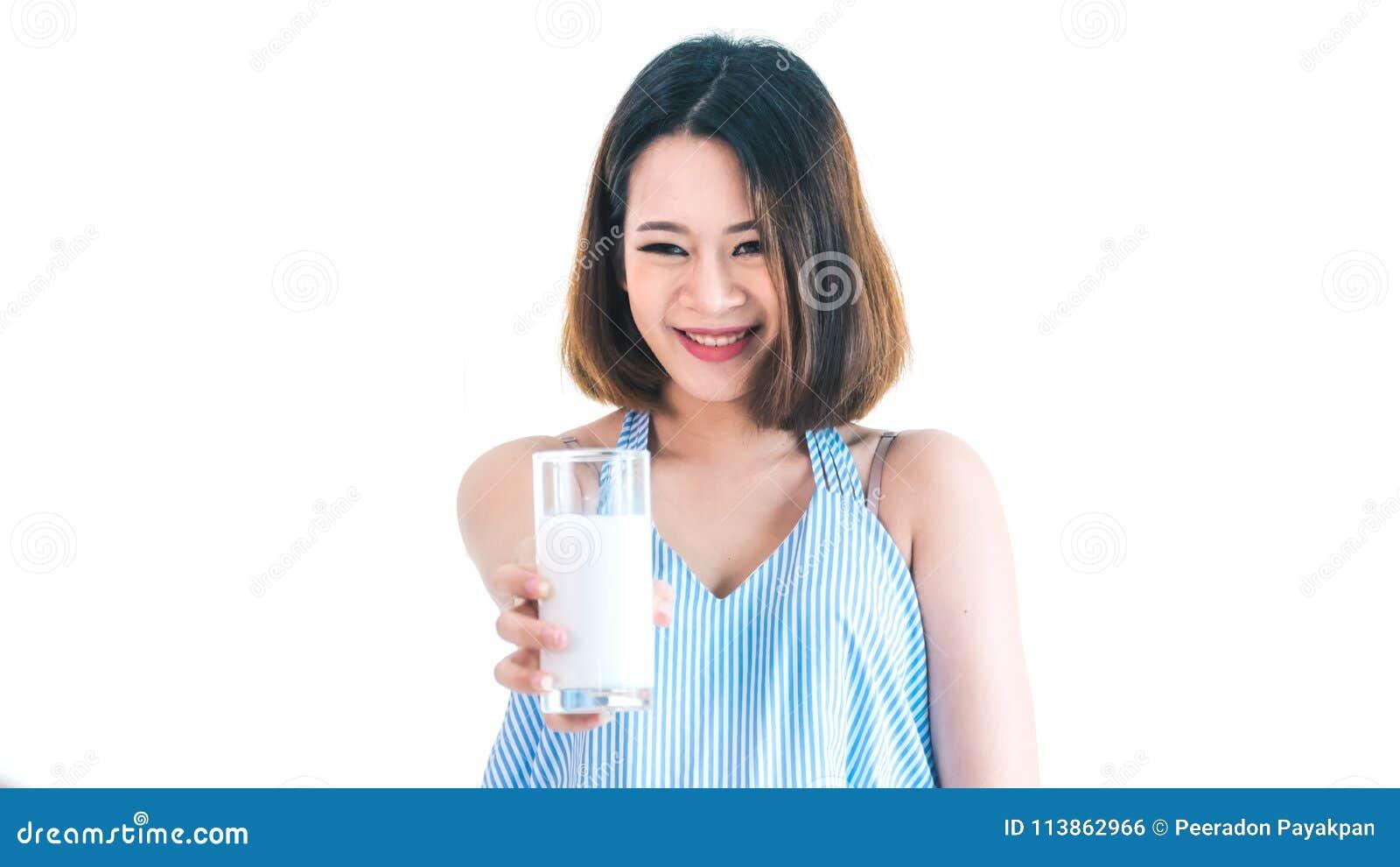 Leche de consumo de las mujeres embarazadas Fondo blanco