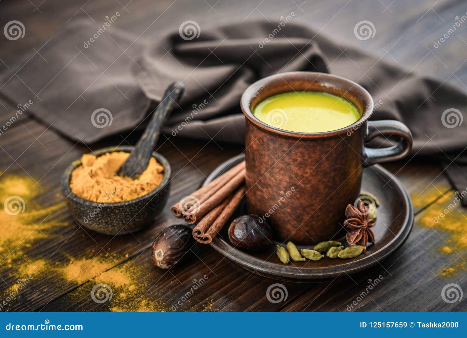 Leche india tradicional de la cúrcuma de la bebida