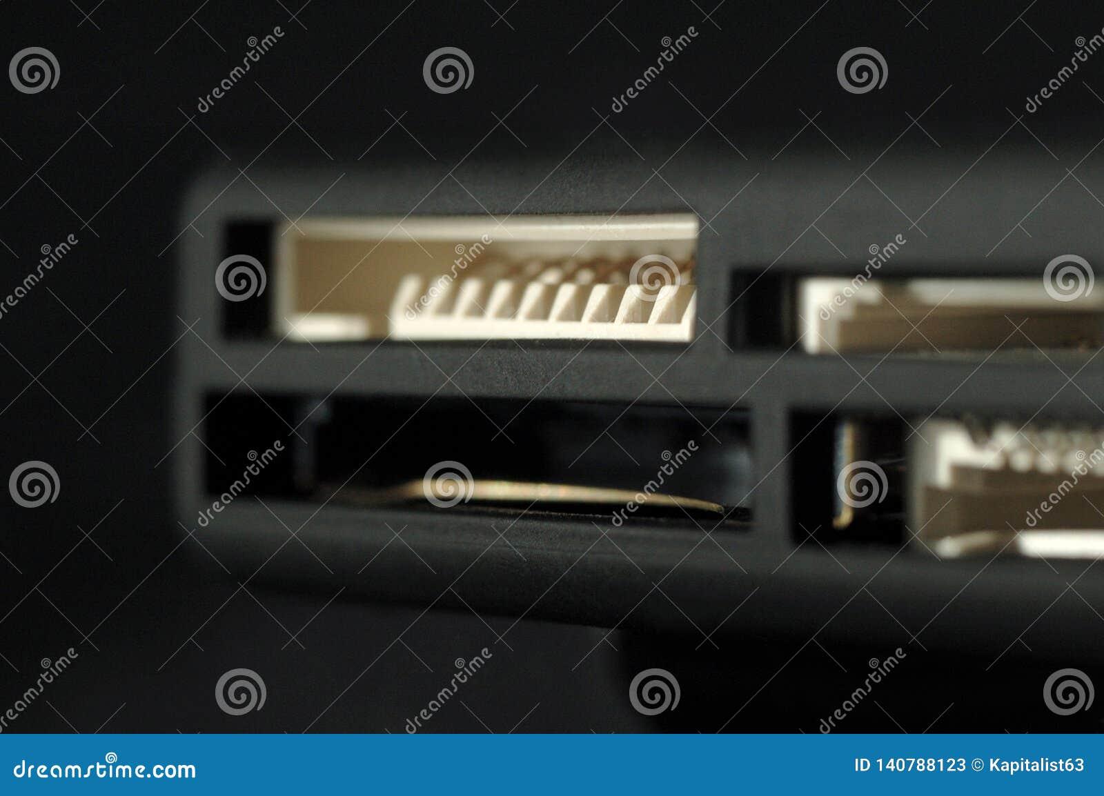 Lecteur de cartes Ports pour différents formats de carte de mémoire Profondeur de zone