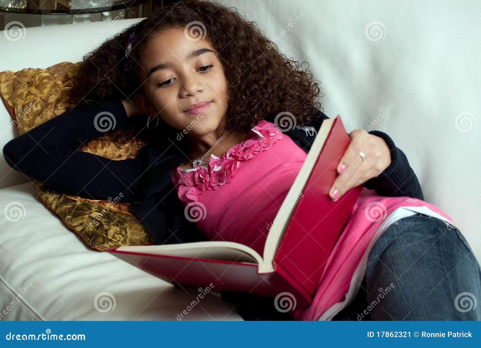 Lectura de la chica joven