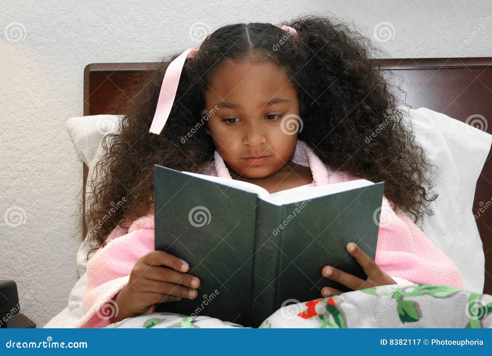 Lectura de la muchacha en cama