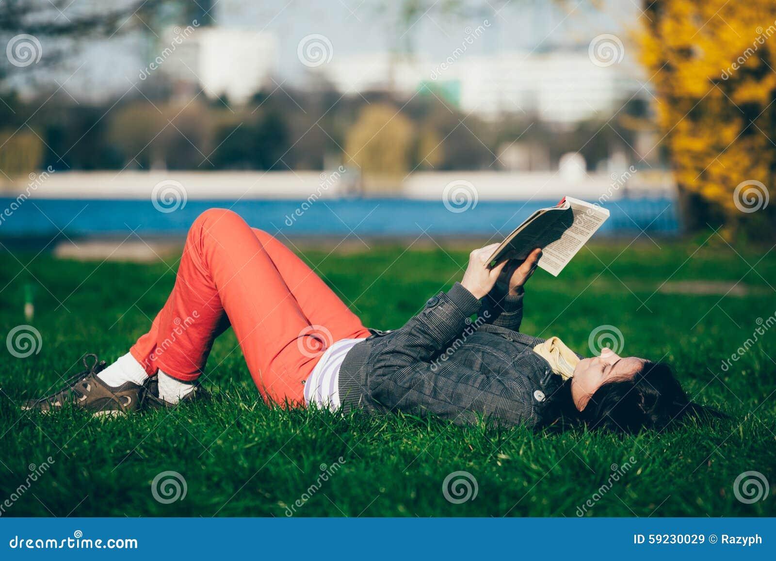 Download Lectura De La Muchacha En El Parque Imagen de archivo - Imagen de belleza, banco: 59230029