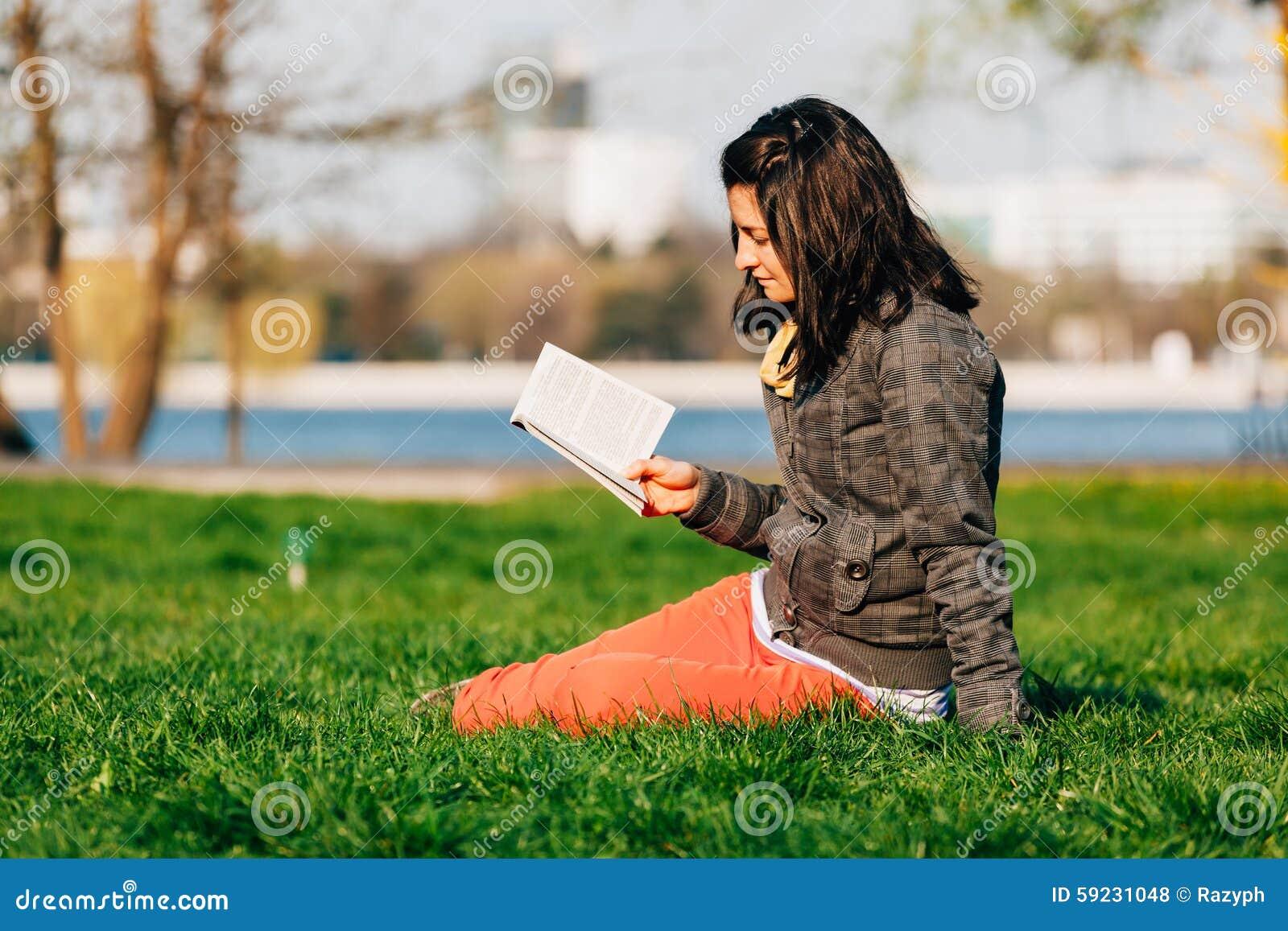 Lectura de la muchacha en el parque
