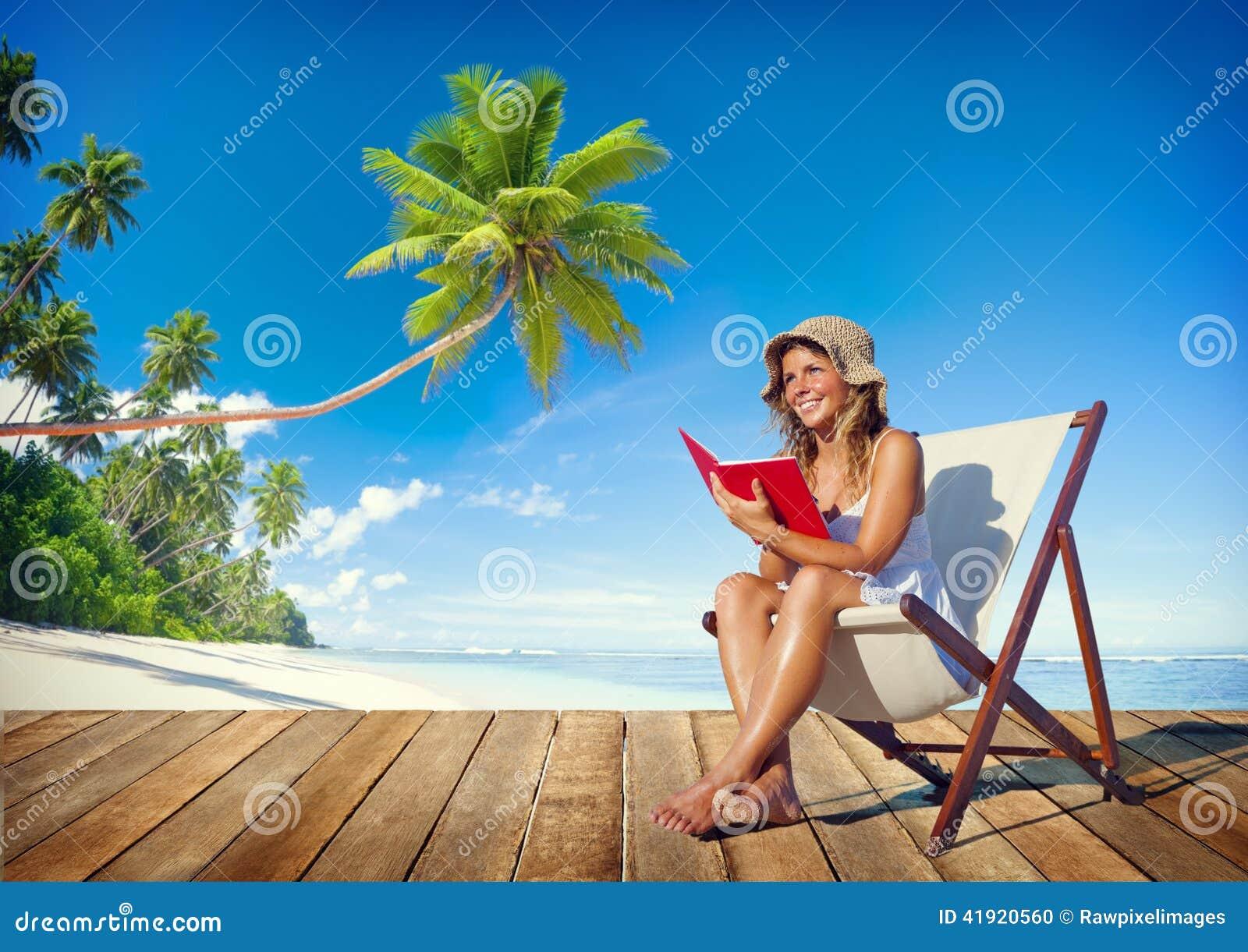 Lectura de la mujer en una playa