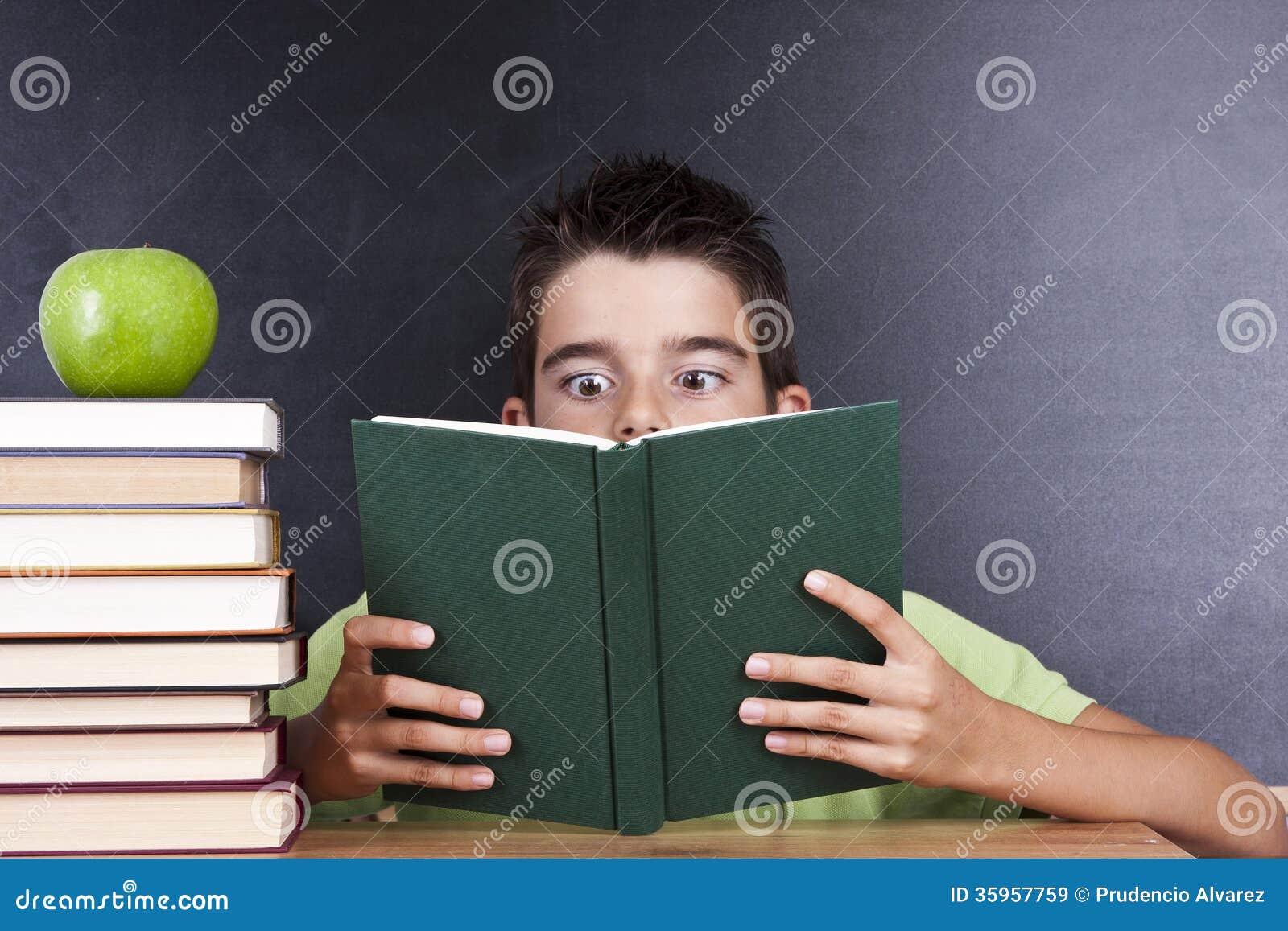 Lectura del libro en escuela