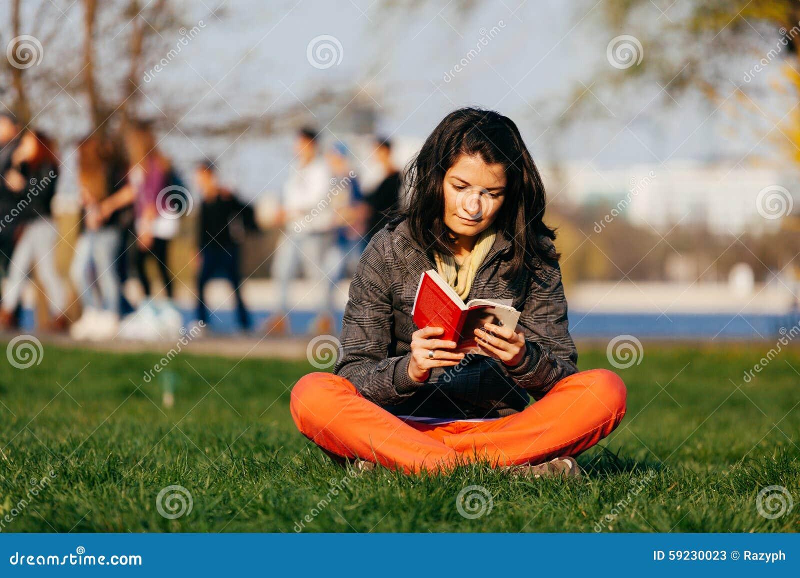 Download Lectura en el parque imagen de archivo. Imagen de callejón - 59230023