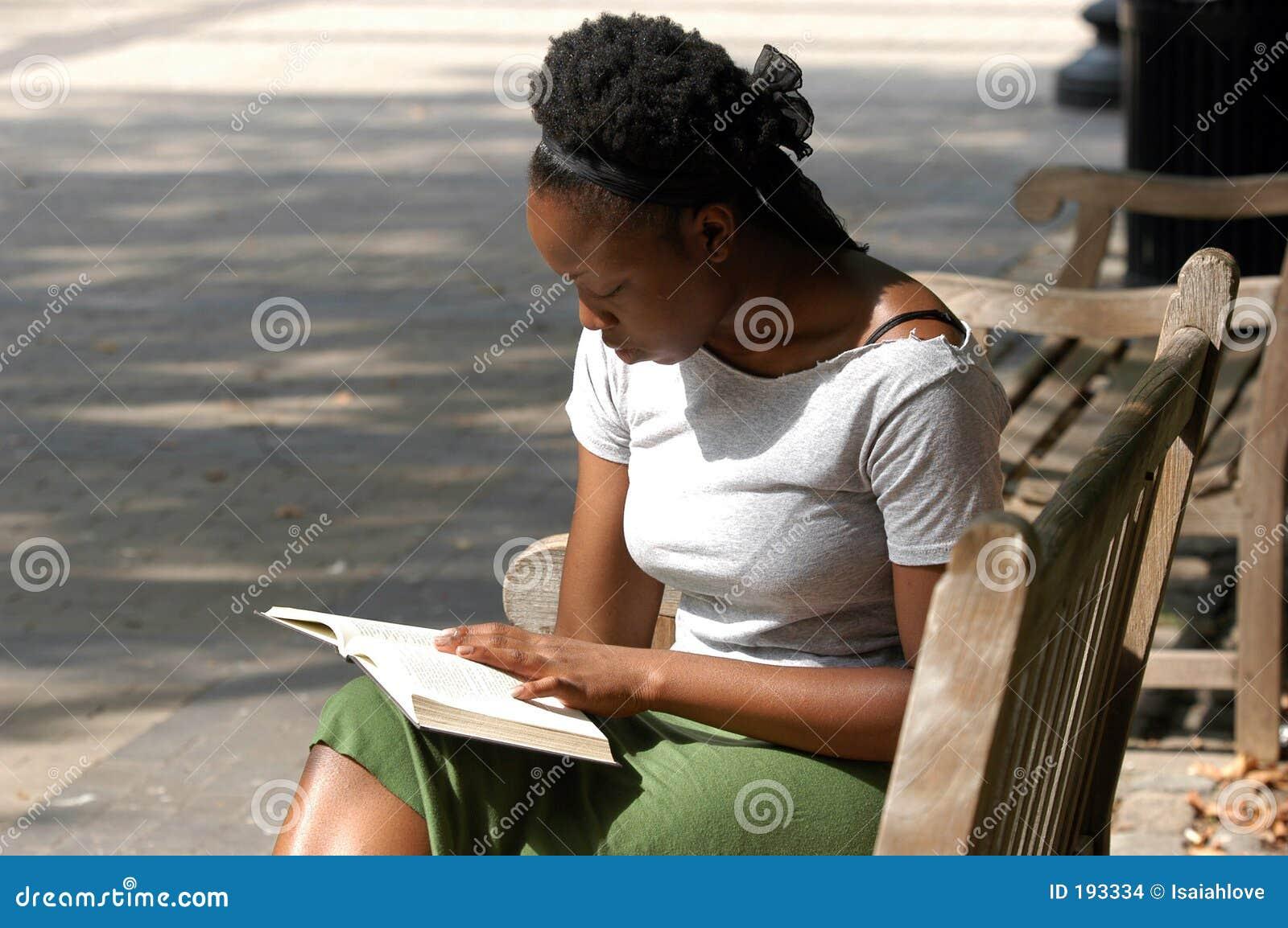 Lectura en un banco de parque