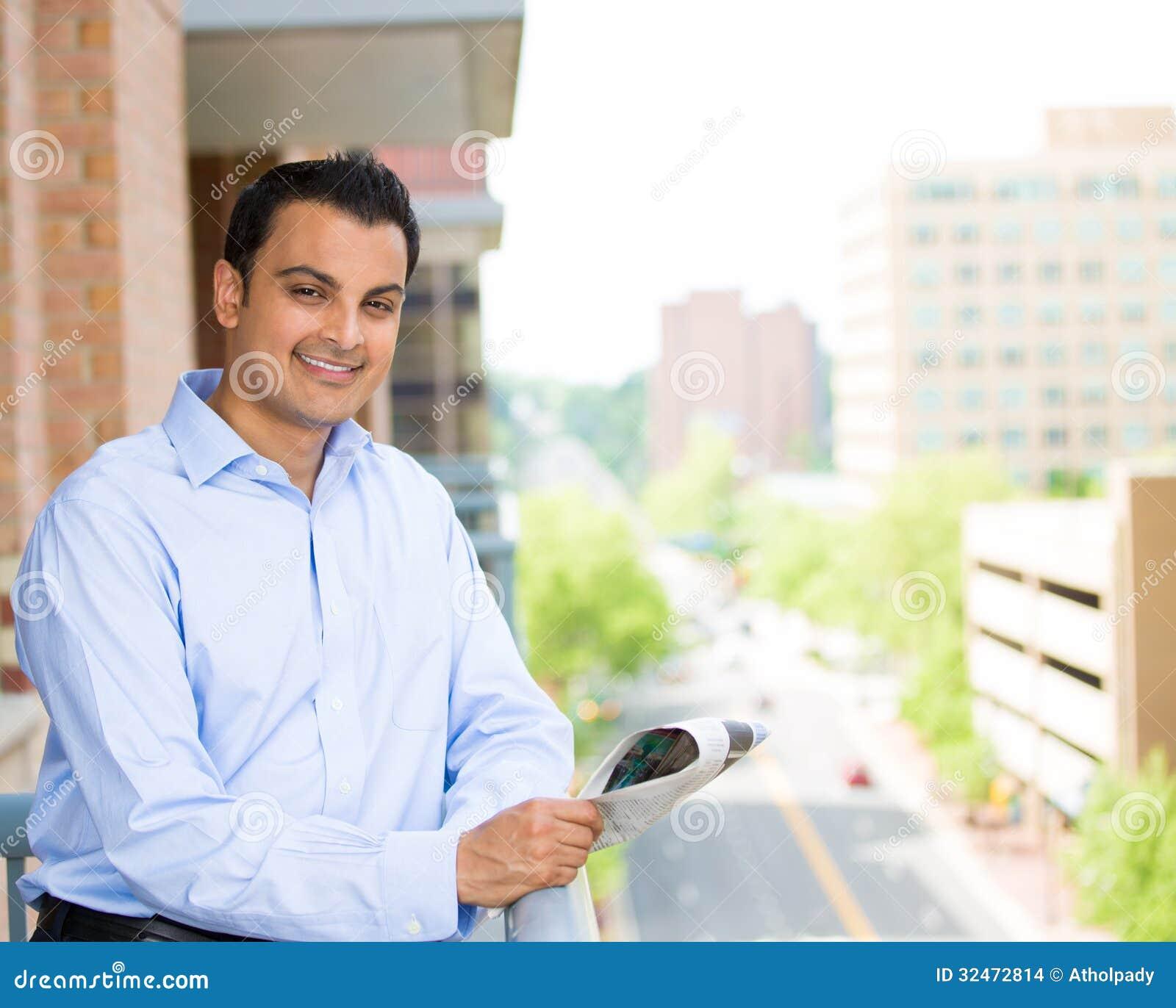 Lectura hermosa del hombre en balcón