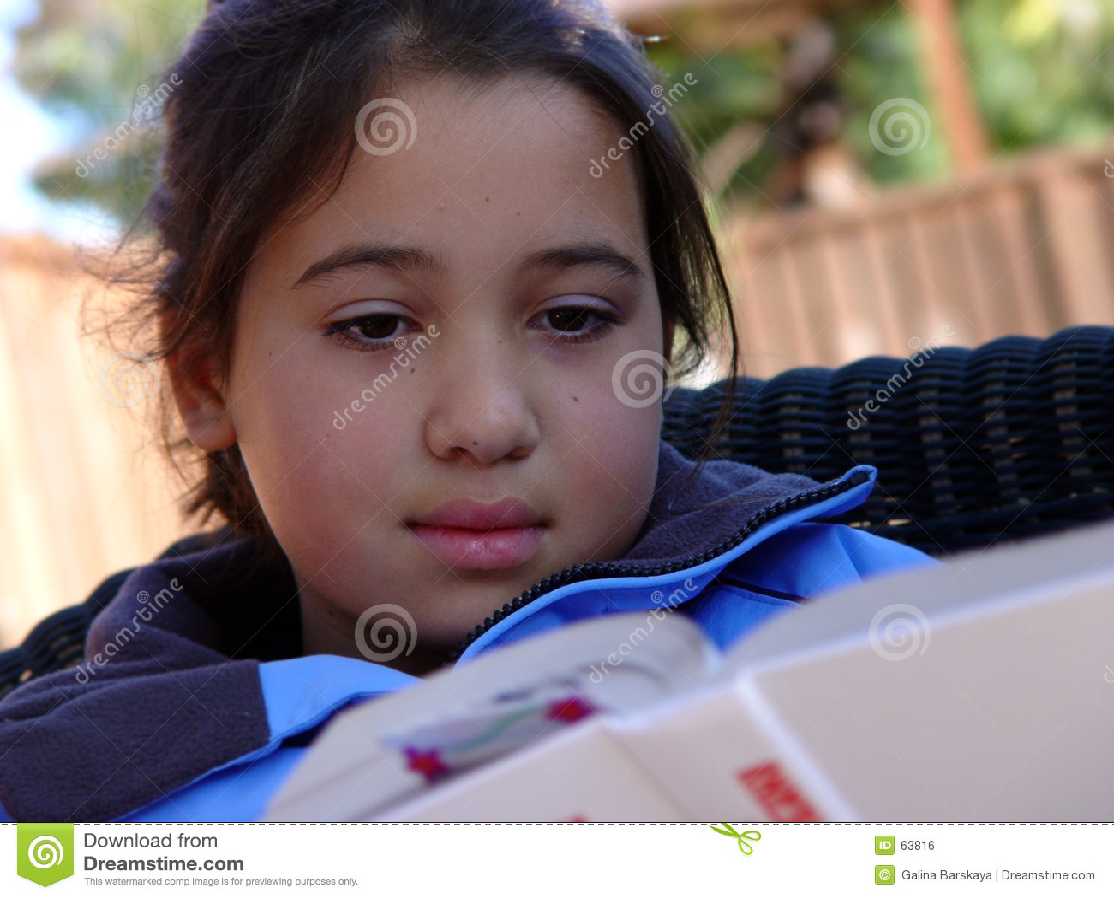 Lectura linda de la muchacha