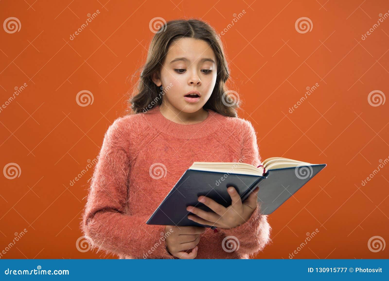 Lecture de la pratique pour des enfants La littérature d enfants Le livre de prise de fille a lu l histoire au-dessus du fond ora