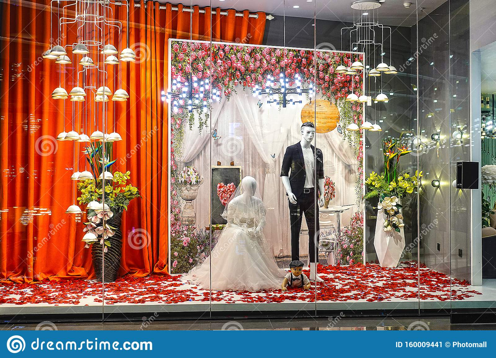 1 515 Shop Wedding Window Photos Free Royalty Free Stock Photos From Dreamstime