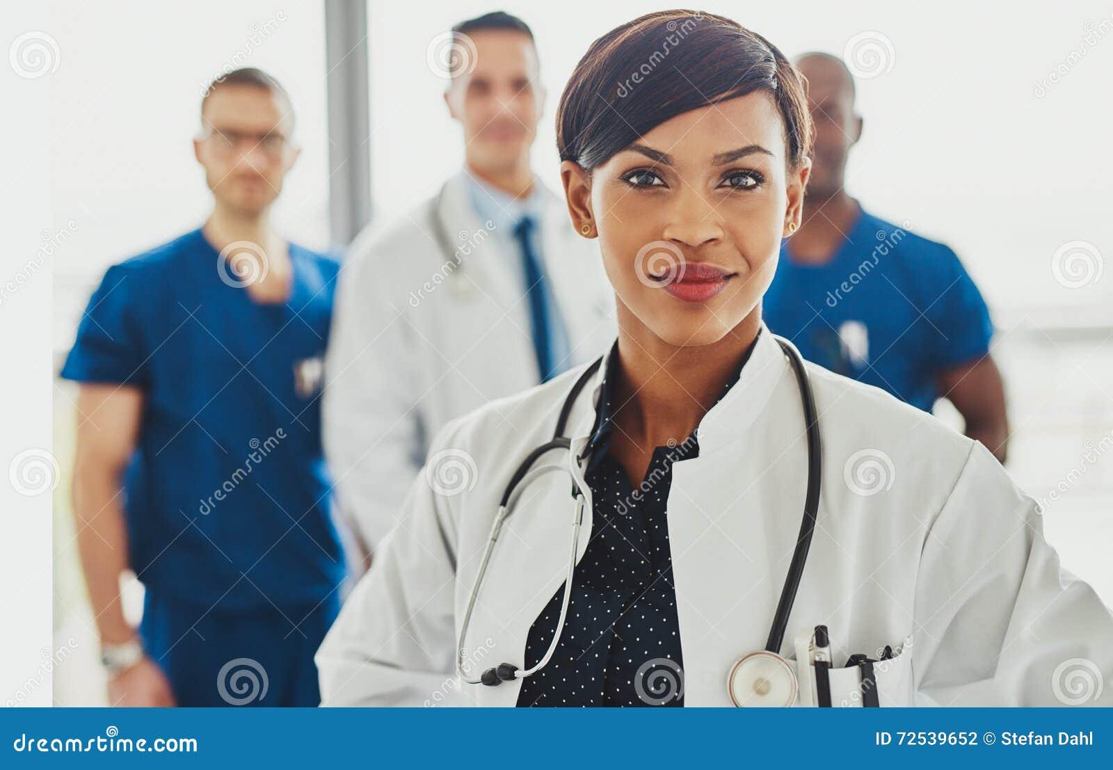 Ledande medicinskt lag för svart kvinnlig doktor