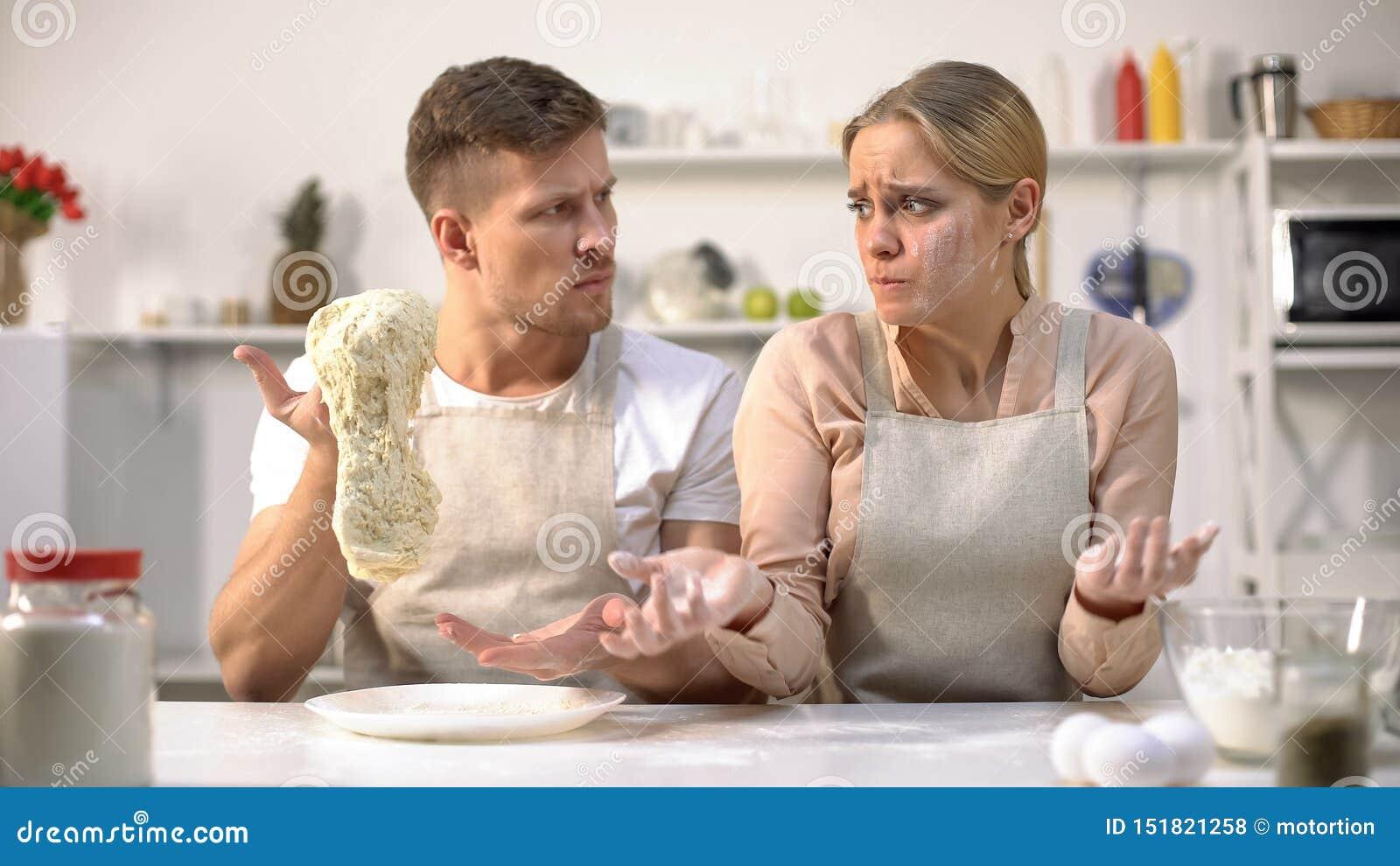 Ledar- kock som sträcker rå deg som misshas med arbete av den nya kocken, yrke