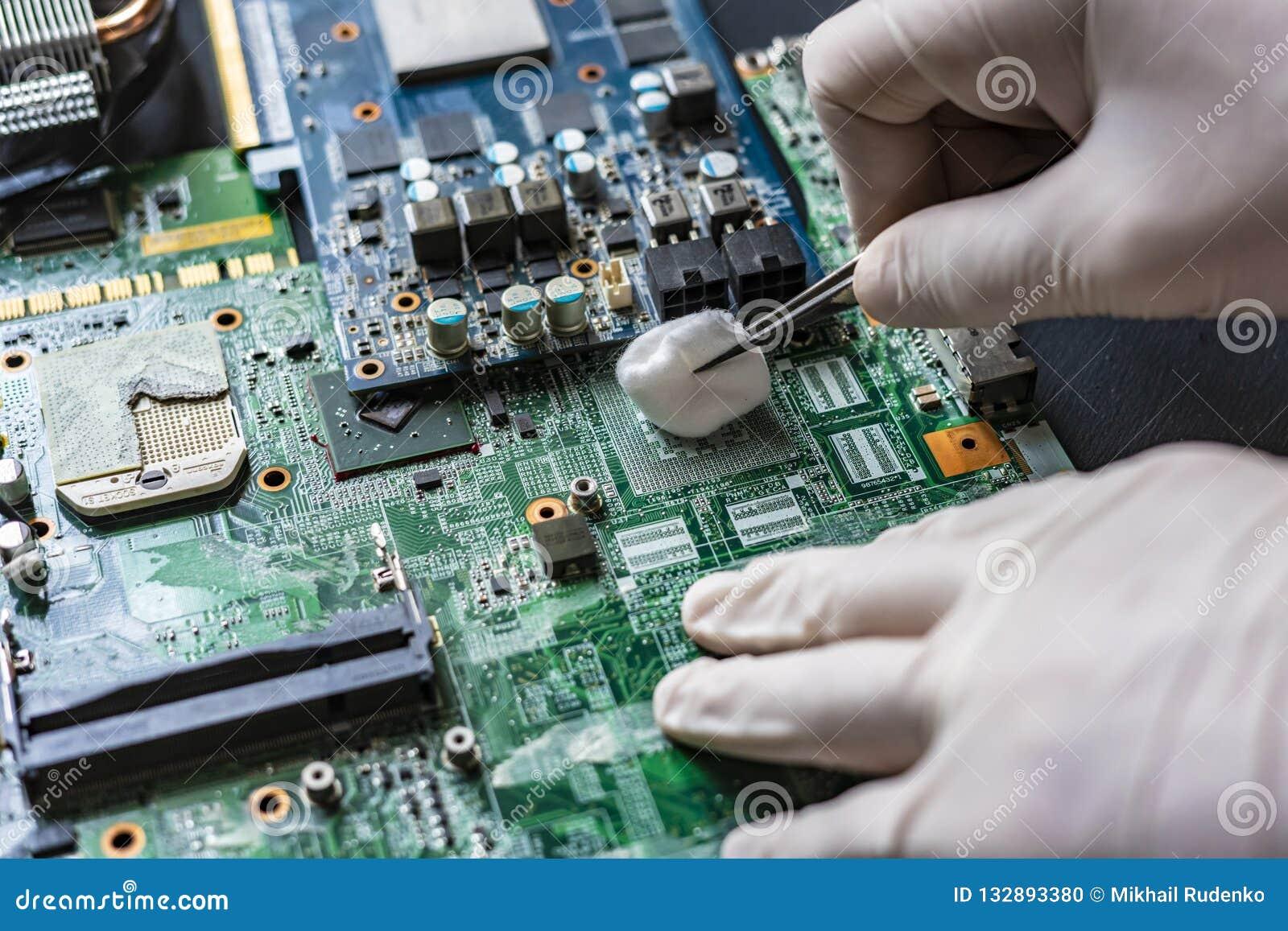 Ledar- reparation datordelarna som gör ren brädet som använder bomulltampongen f
