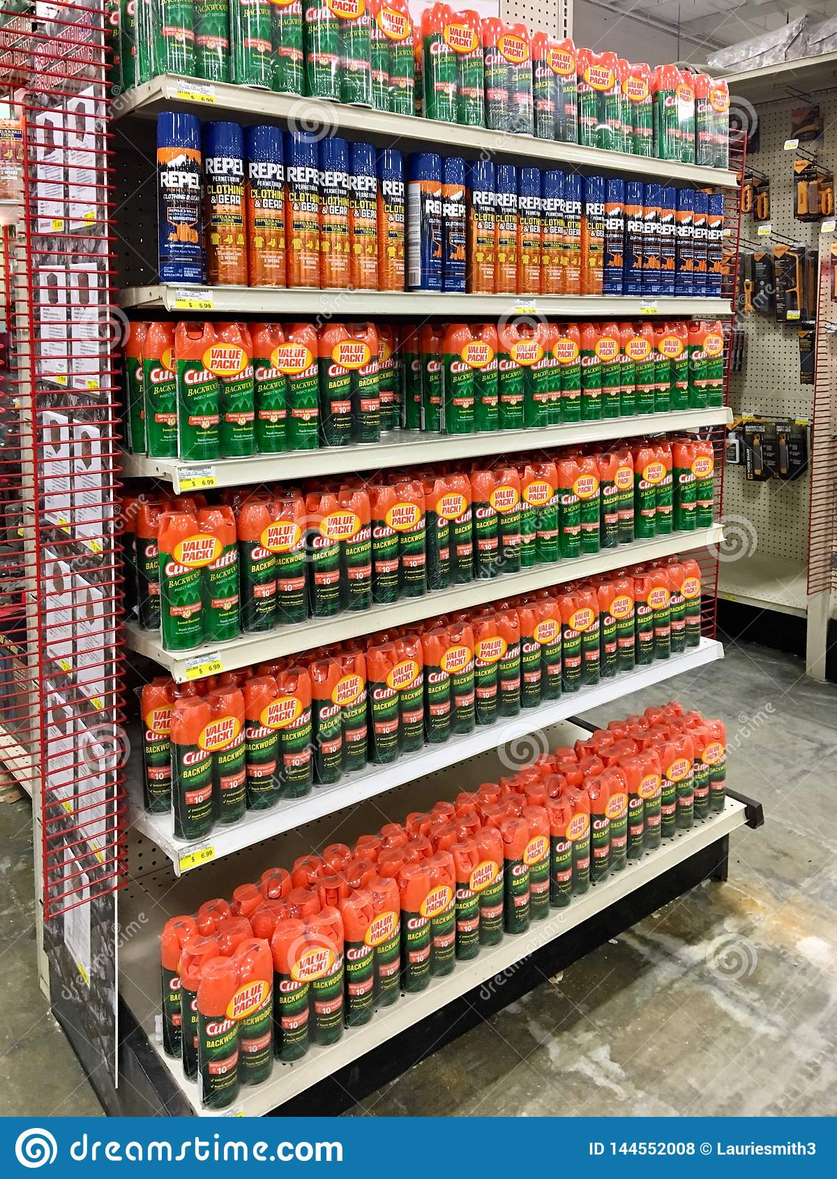 LEDARE: Olika krypimpregneringsmedel som är till salu på en Illinois lantgård- och trädgårdåterförsäljare