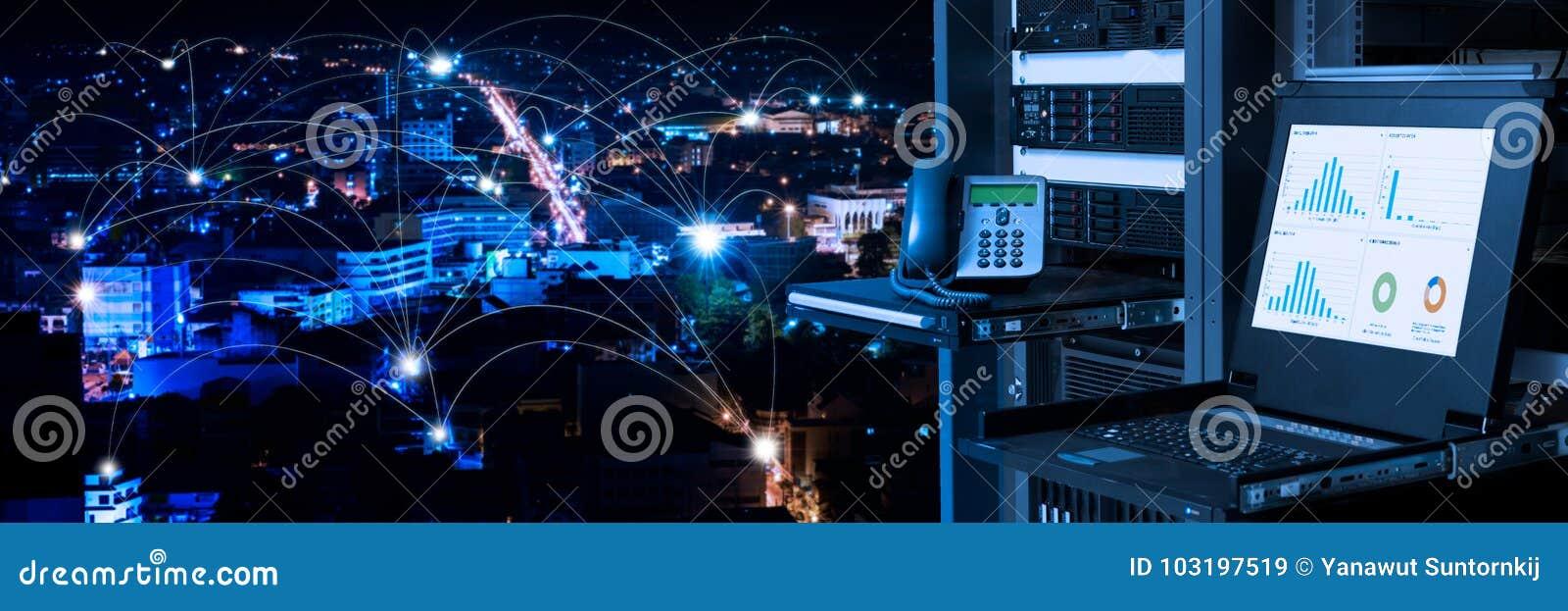Ledning och övervakning övervakar i datorhall, och uppkopplingsmöjlighet fodrar över nattstadsbakgrund