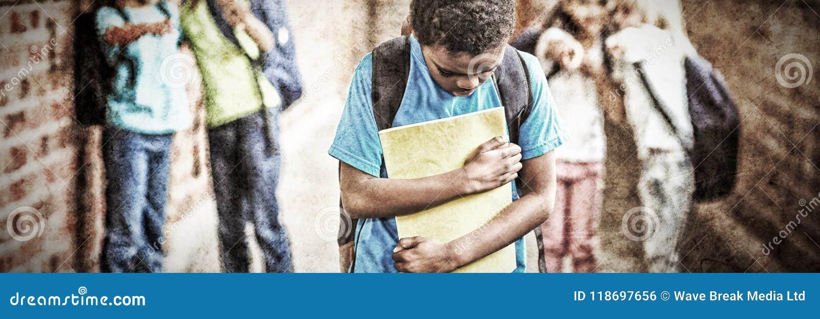 Ledsen elev som trakasseras av klasskompisar på korridoren