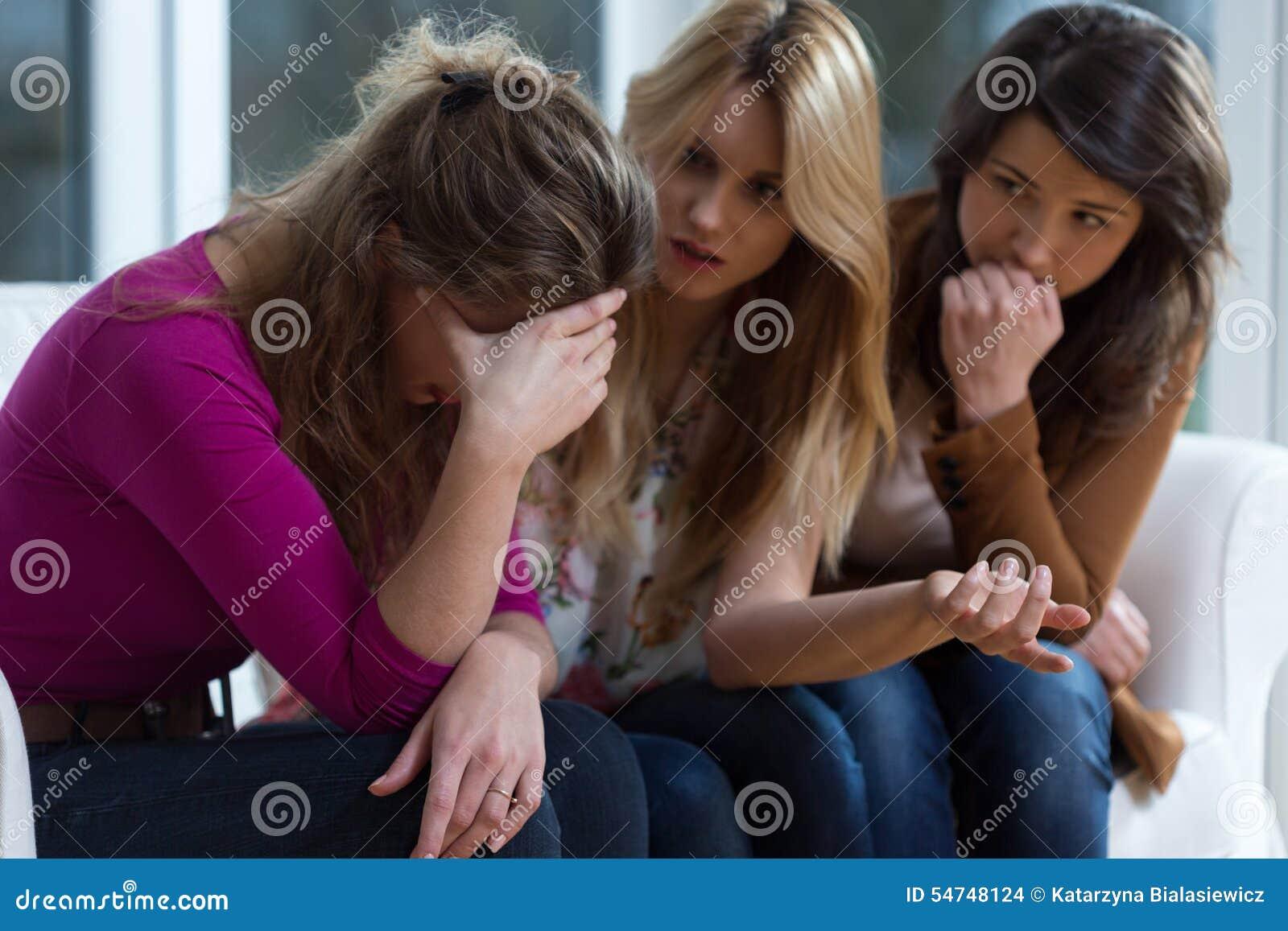 Ledsen flicka och understödjande vänner