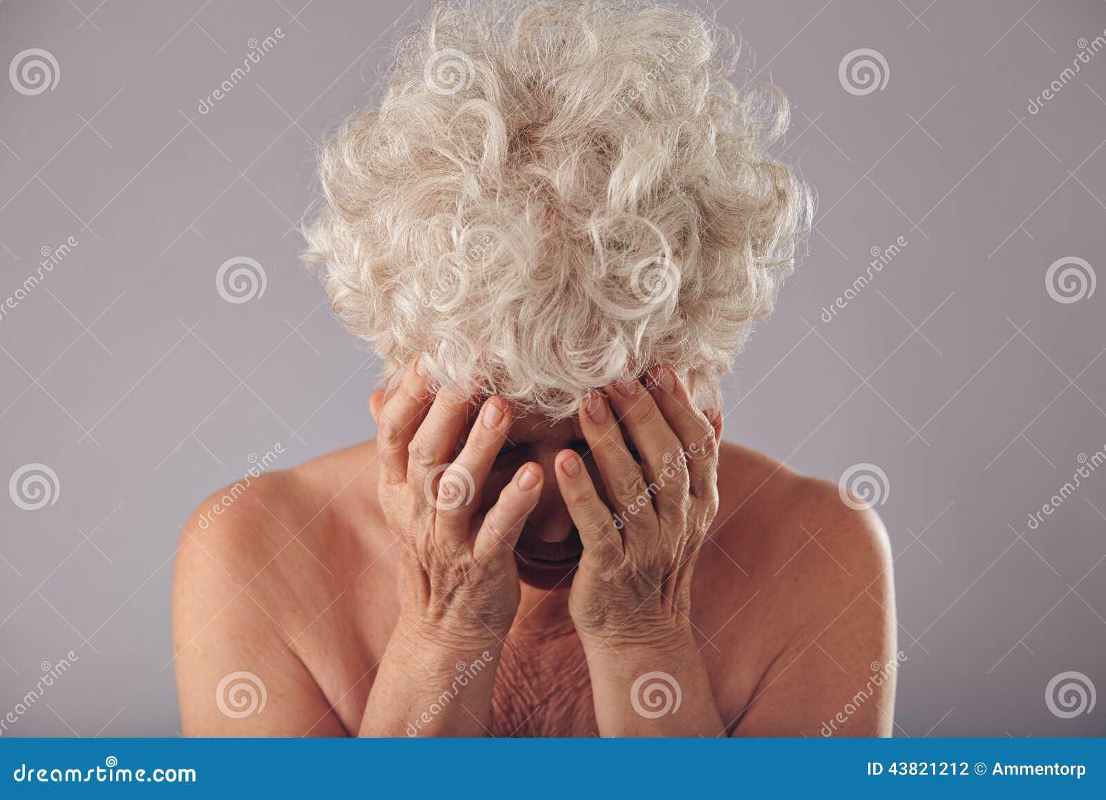 Ledsen hög kvinna på grå bakgrund